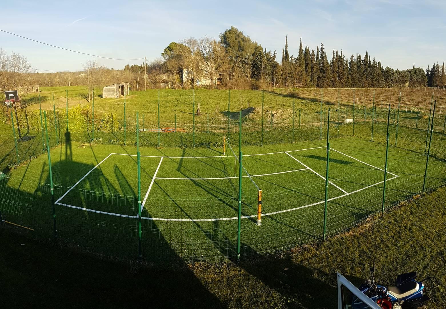 Pose de gazon synthétique pour terrain de tennis privé à Aix en Provence