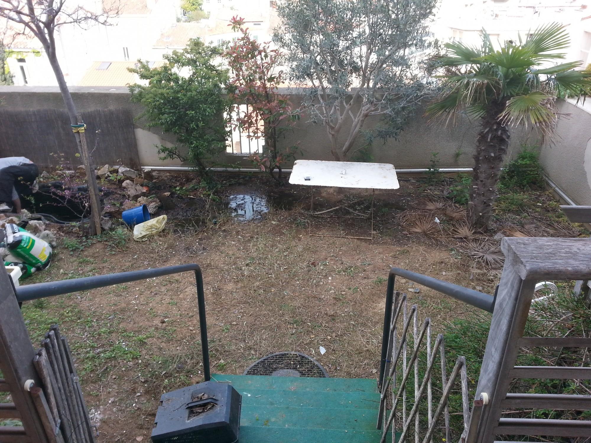 Préparation du sol avant l'installation d'une pelouse synthétique à Marseille