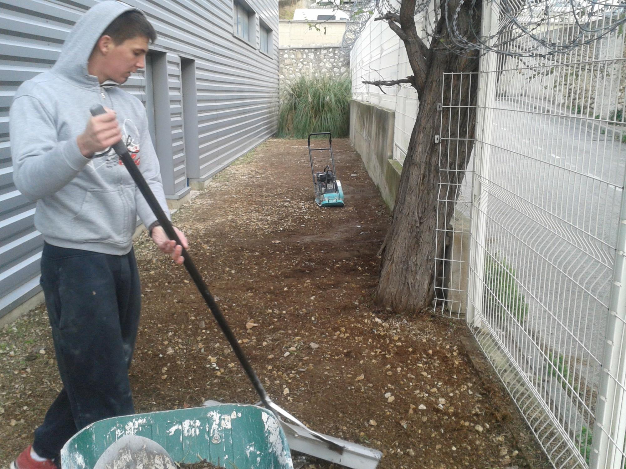 Préparation du terrain avant l'installation d'une pelouse artificielle à Marseille