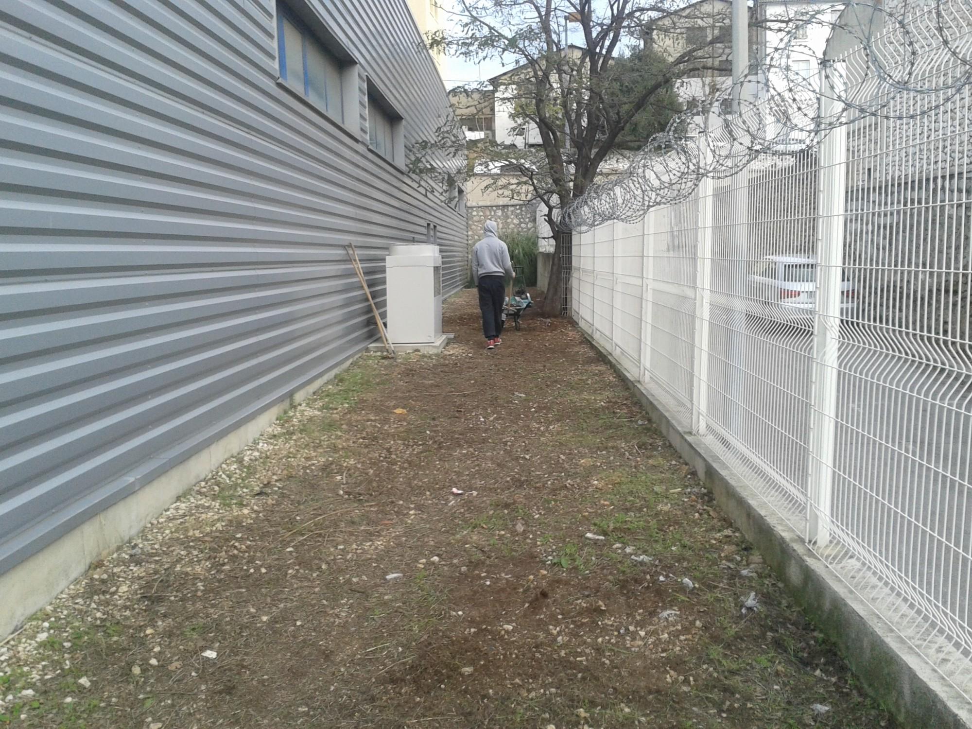 Préparation du sol avant la pose d'un gazon synthétique à Marseille