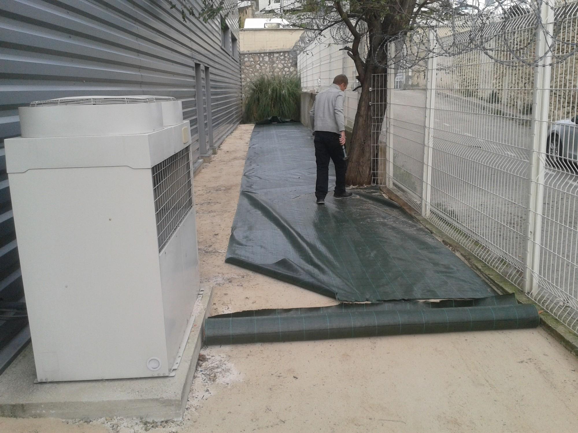 Mise en place de la toile de paillage à Marseille