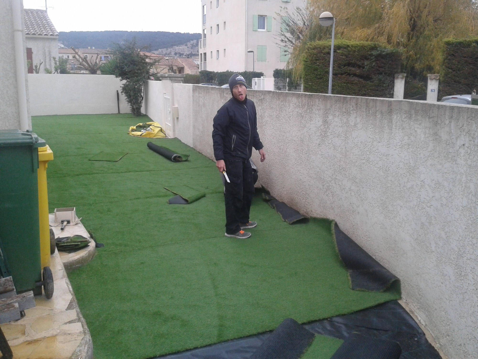 Installation d 39 un gazon synth tique martigues dans un jardin la pose ga - Pose de gazon synthetique sur terre ...
