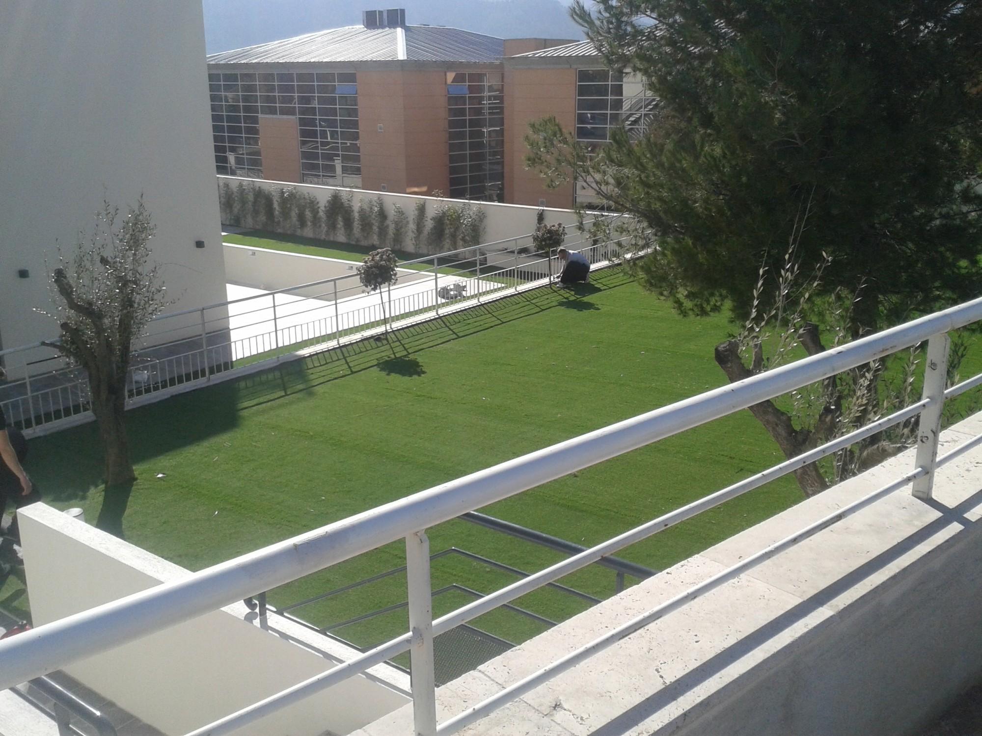 Réalisation d'un chantier en gazon synthétique autour d'une piscine à Marseille