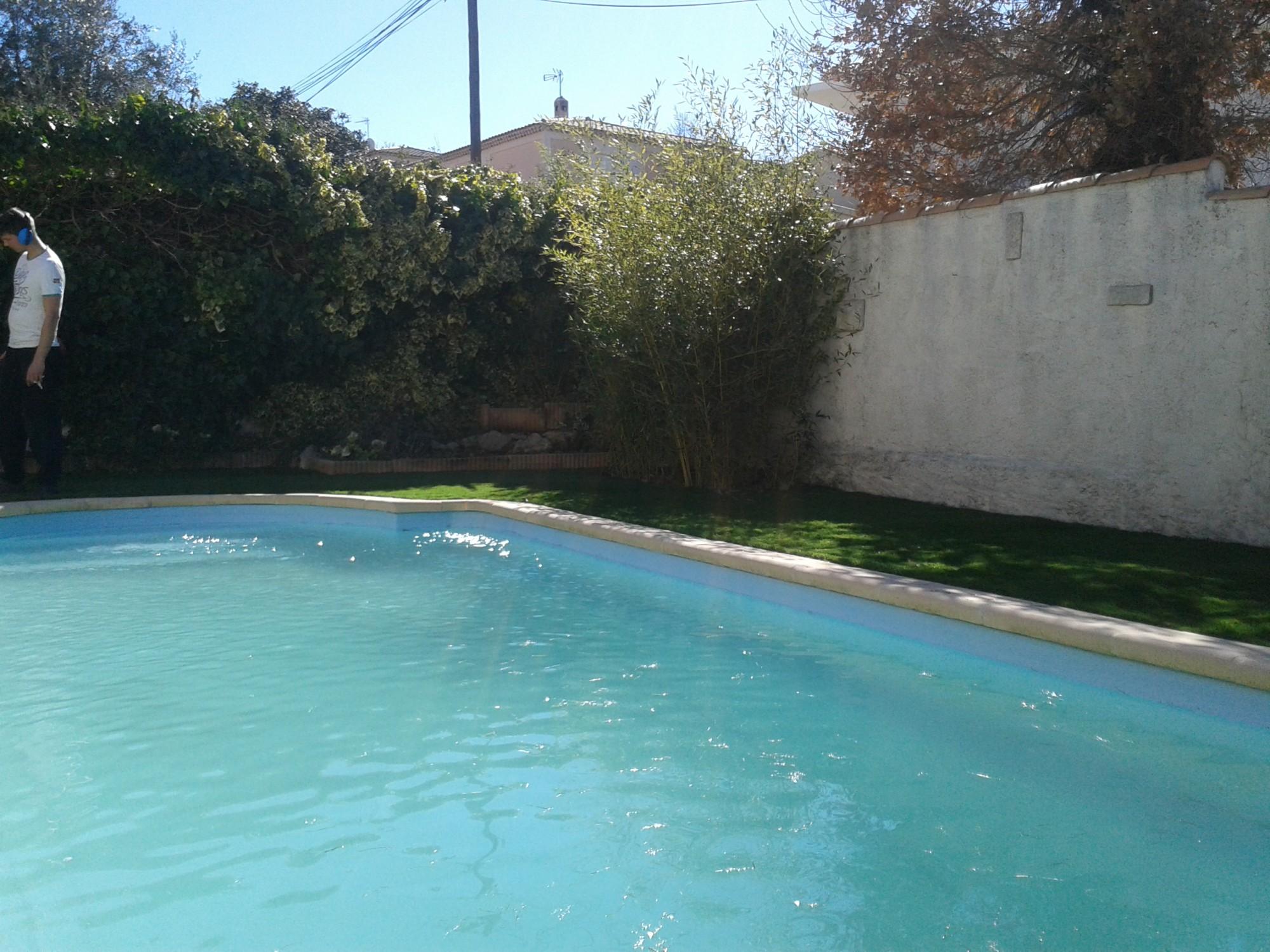 pose d'un gazon artificiel autour d'une piscine à Aix en Provence