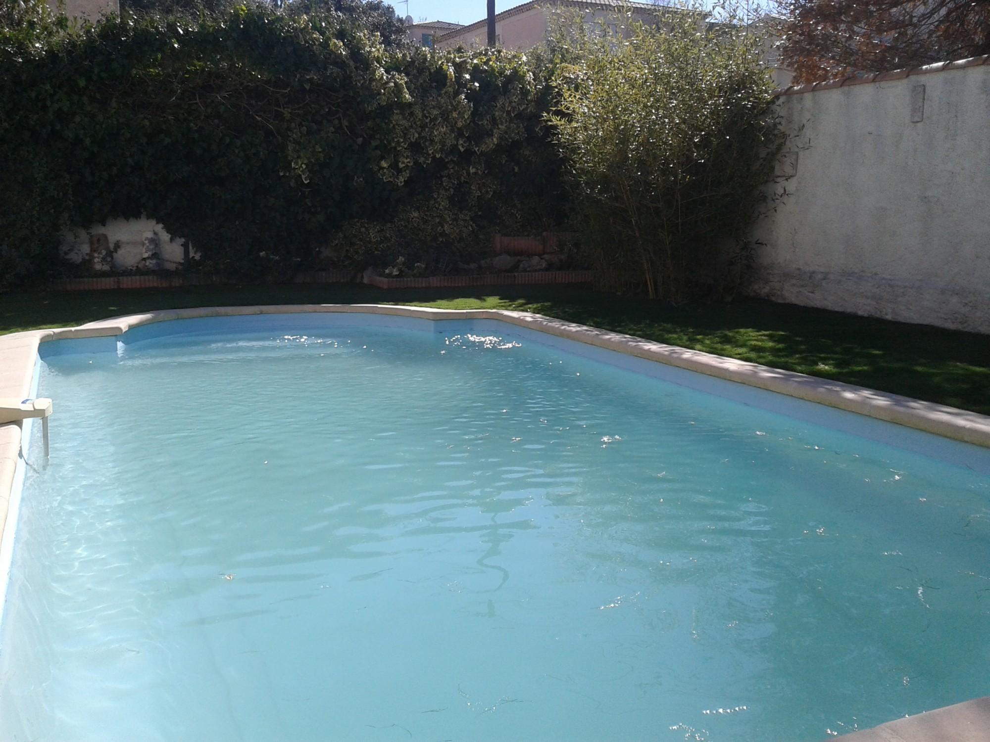 entourage de piscine en gazon synthétique à Aix en Provence