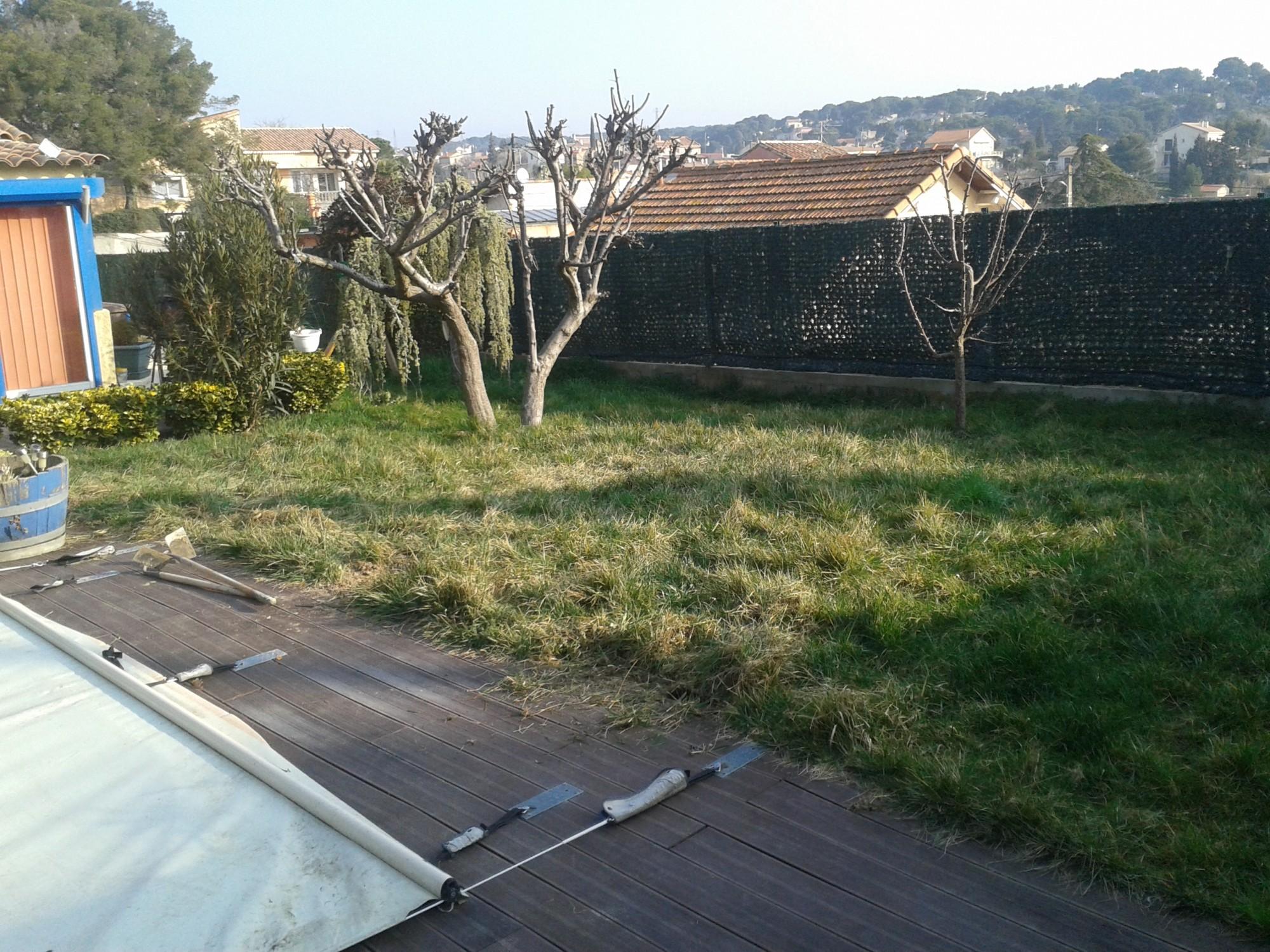 Installation de gazon artificiel près de Marseille dans un jardin