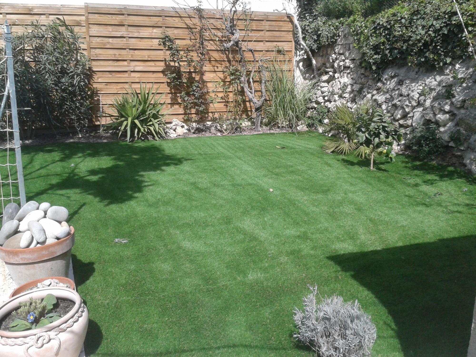Pose d 39 un gazon synth tique nice dans un jardin la pose gazon synth tiq - Vente gazon synthetique ...