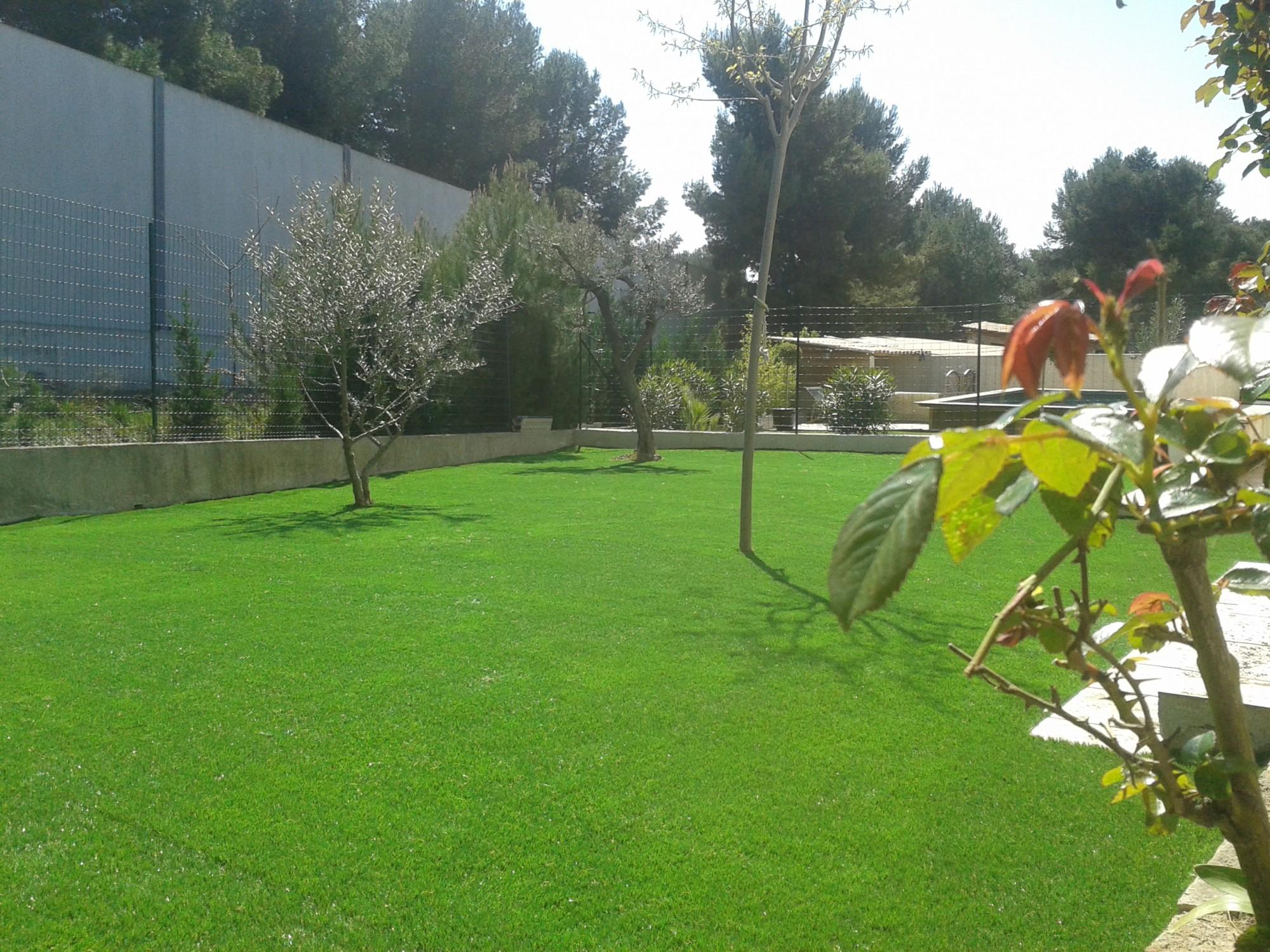Pose de gazon artificiel pour jardin et piscine for Piscine a montpellier