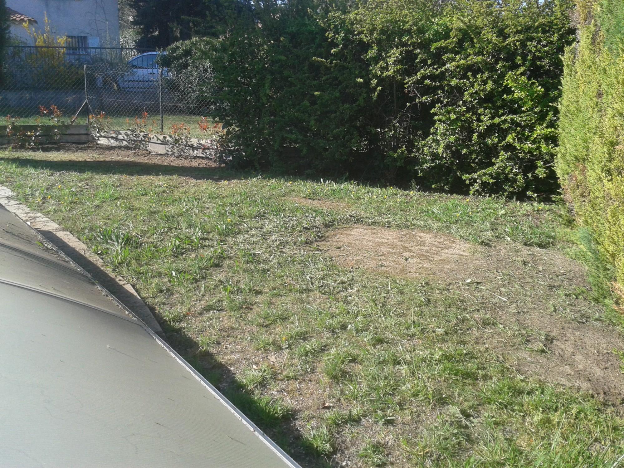 Terrain avant la mise en place du gazon synthétique