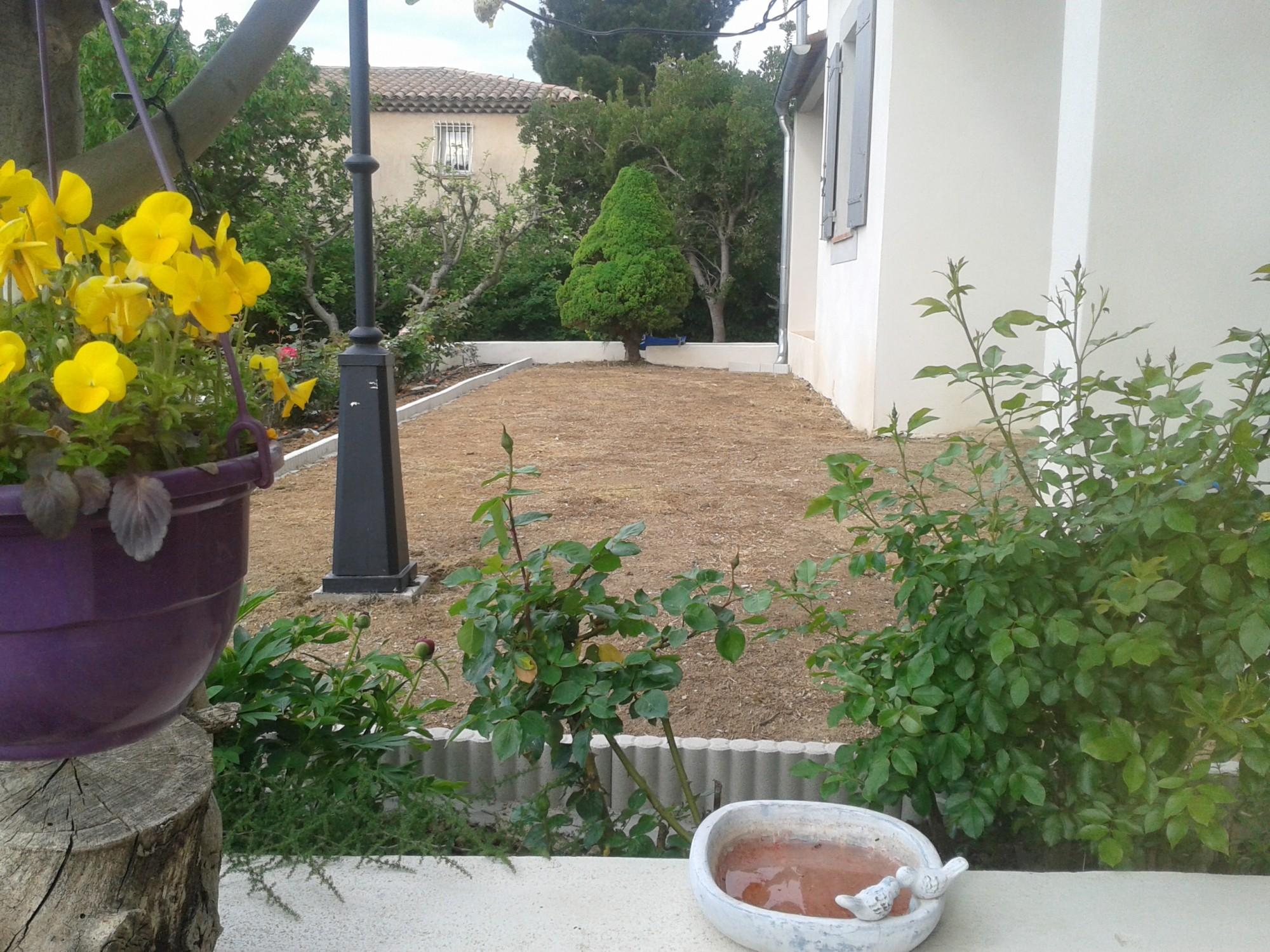 Terrain avant la pose d'un gazon synthétique à Toulon