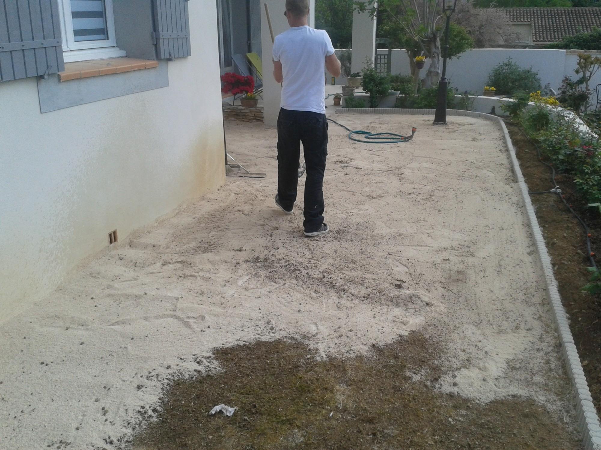 Mise en place du sable calcaire avant pose du gazon artificiel