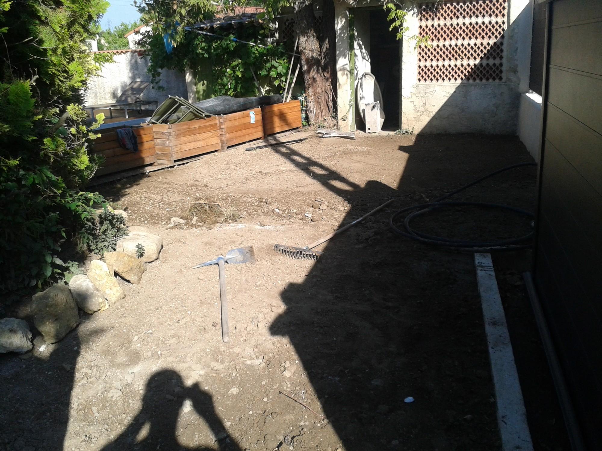 Préparation du sol avant la pose d'un gazon synthétique près de Toulon
