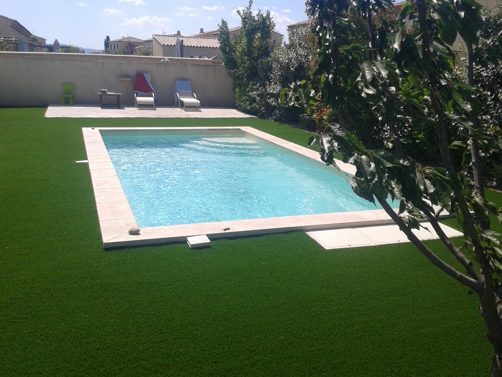 pose d 39 un gazon synth tique autour d 39 une piscine aix en. Black Bedroom Furniture Sets. Home Design Ideas