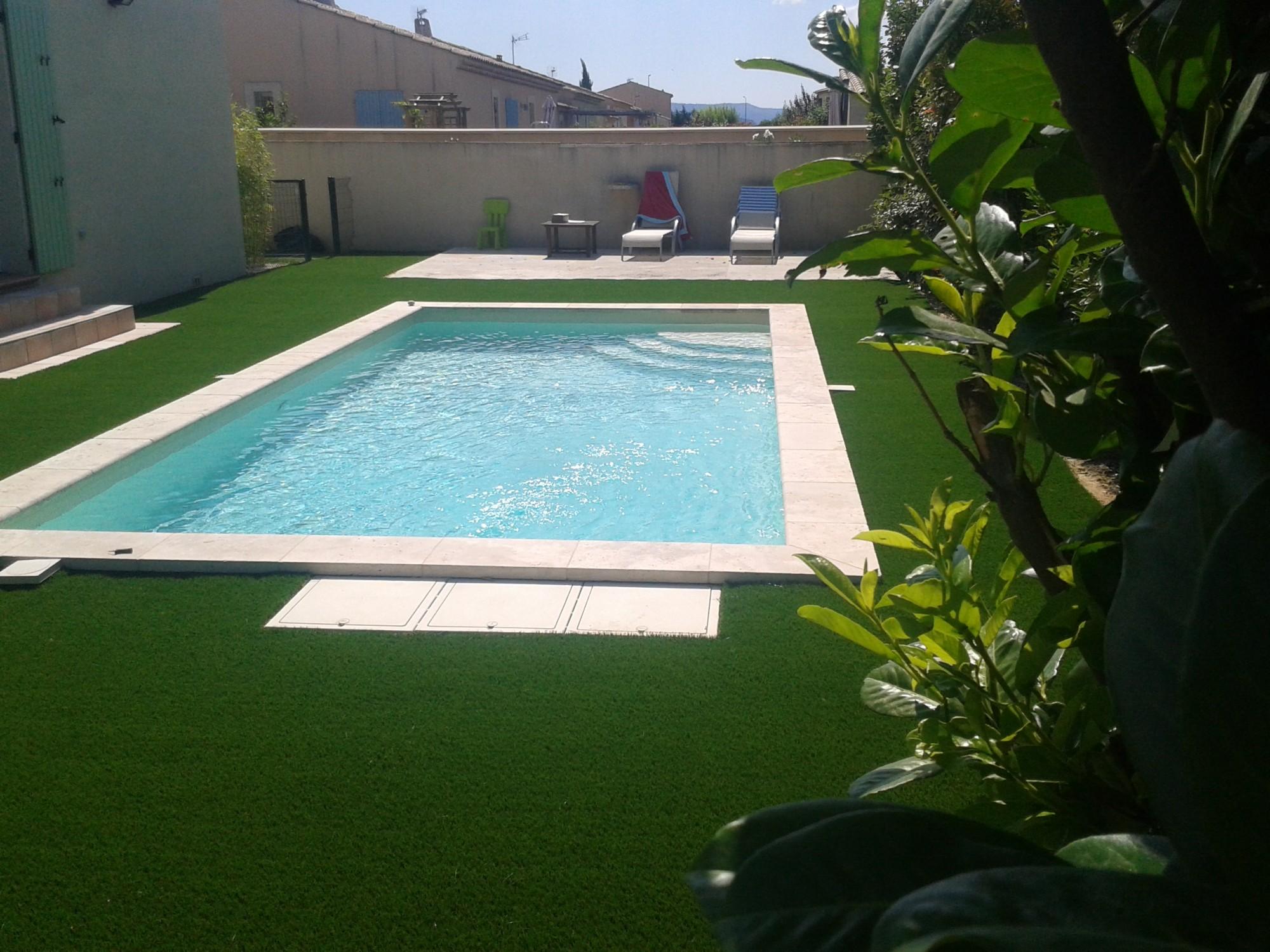 Pose d\'un gazon synthétique autour d\'une piscine à Aix en Provence ...