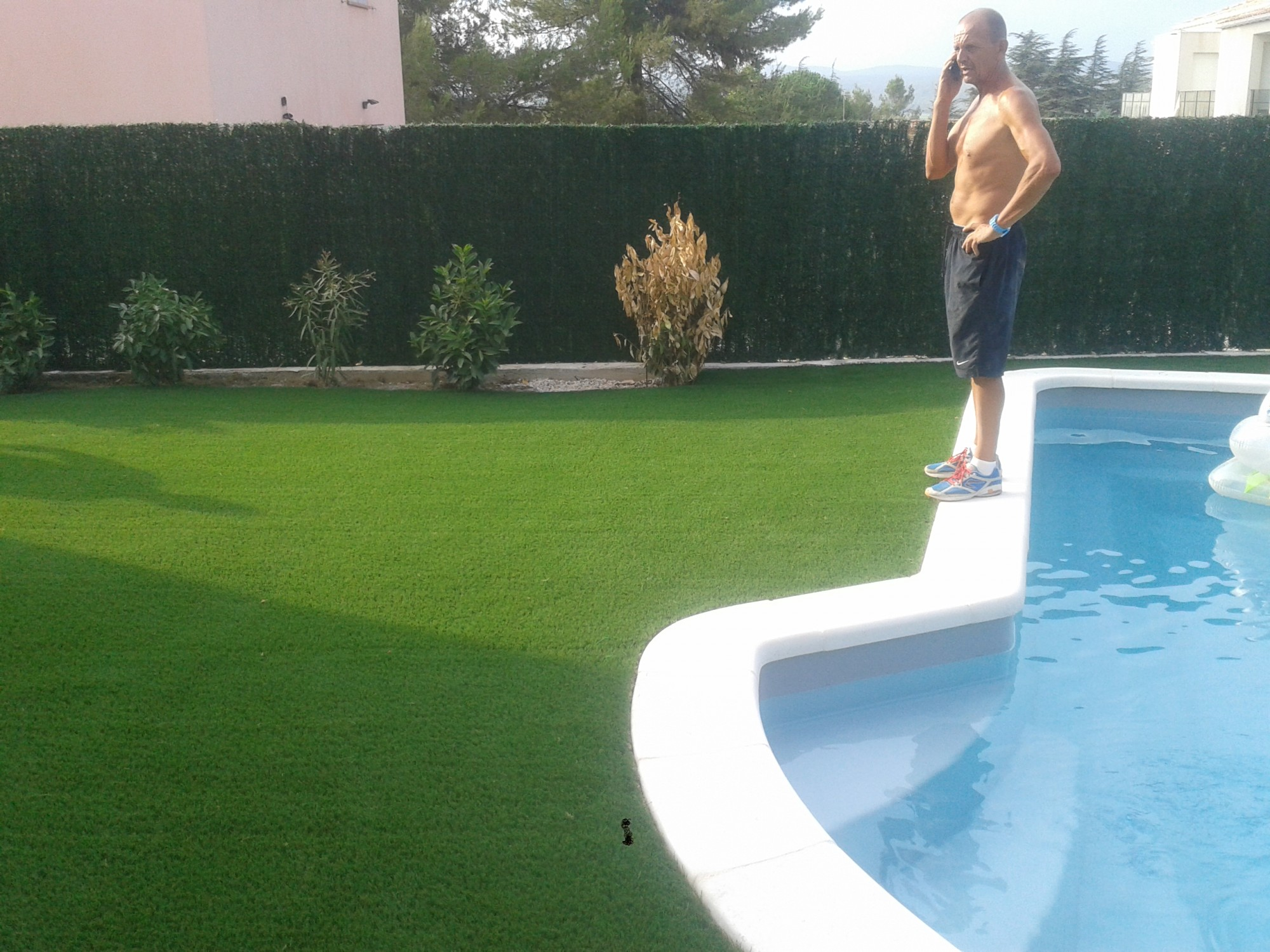 installation de gazon synth tique fr jus autour d 39 une piscine 100 m la pose gazon. Black Bedroom Furniture Sets. Home Design Ideas