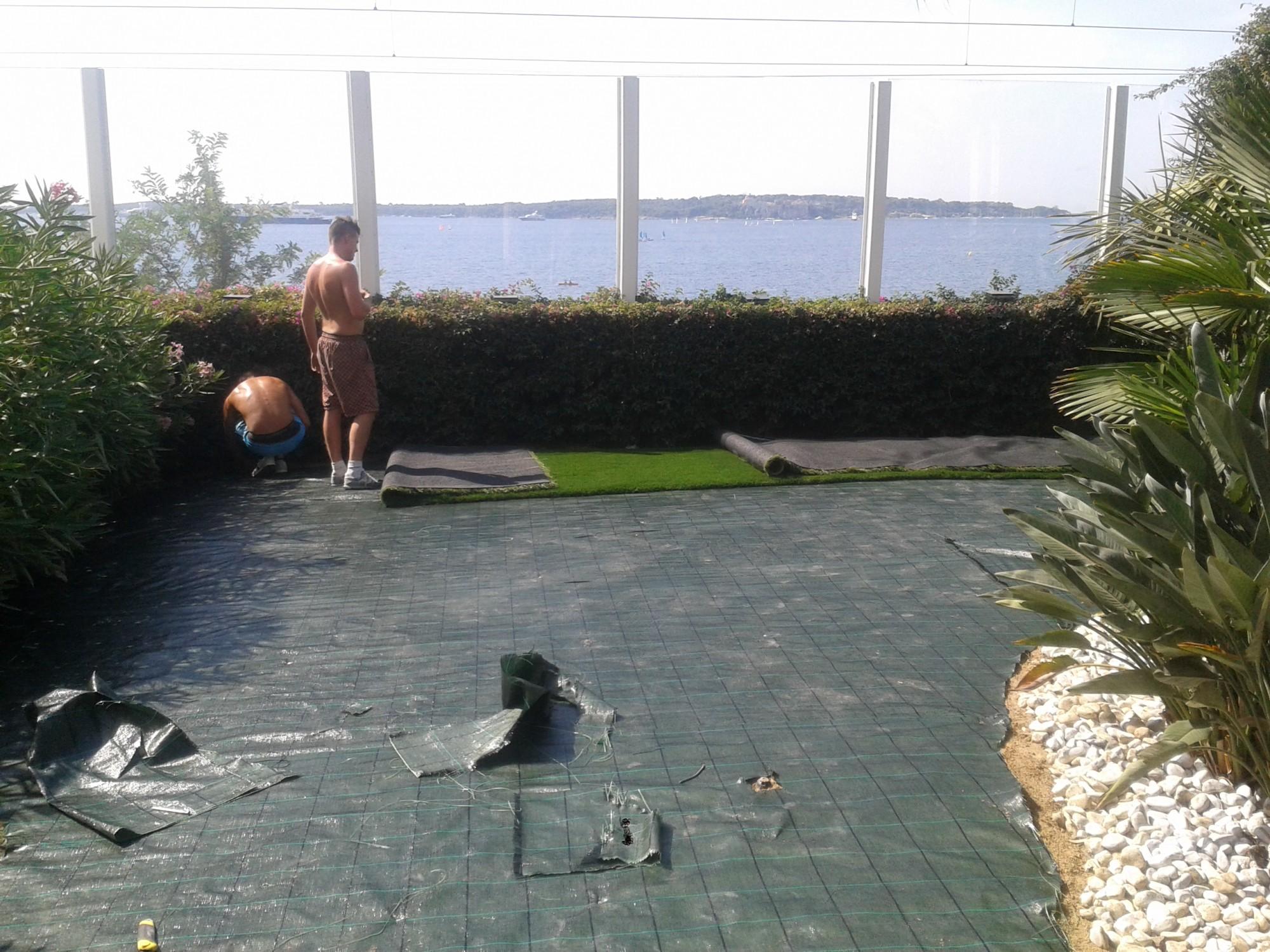 pose de 260 m de gazon synth tique cannes dans un jardin du bord de mer la pose gazon. Black Bedroom Furniture Sets. Home Design Ideas