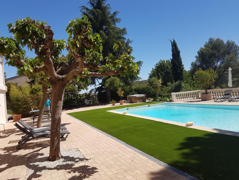 Contour de piscine pelouse artificielle haute m moire de for Piscine artificielle