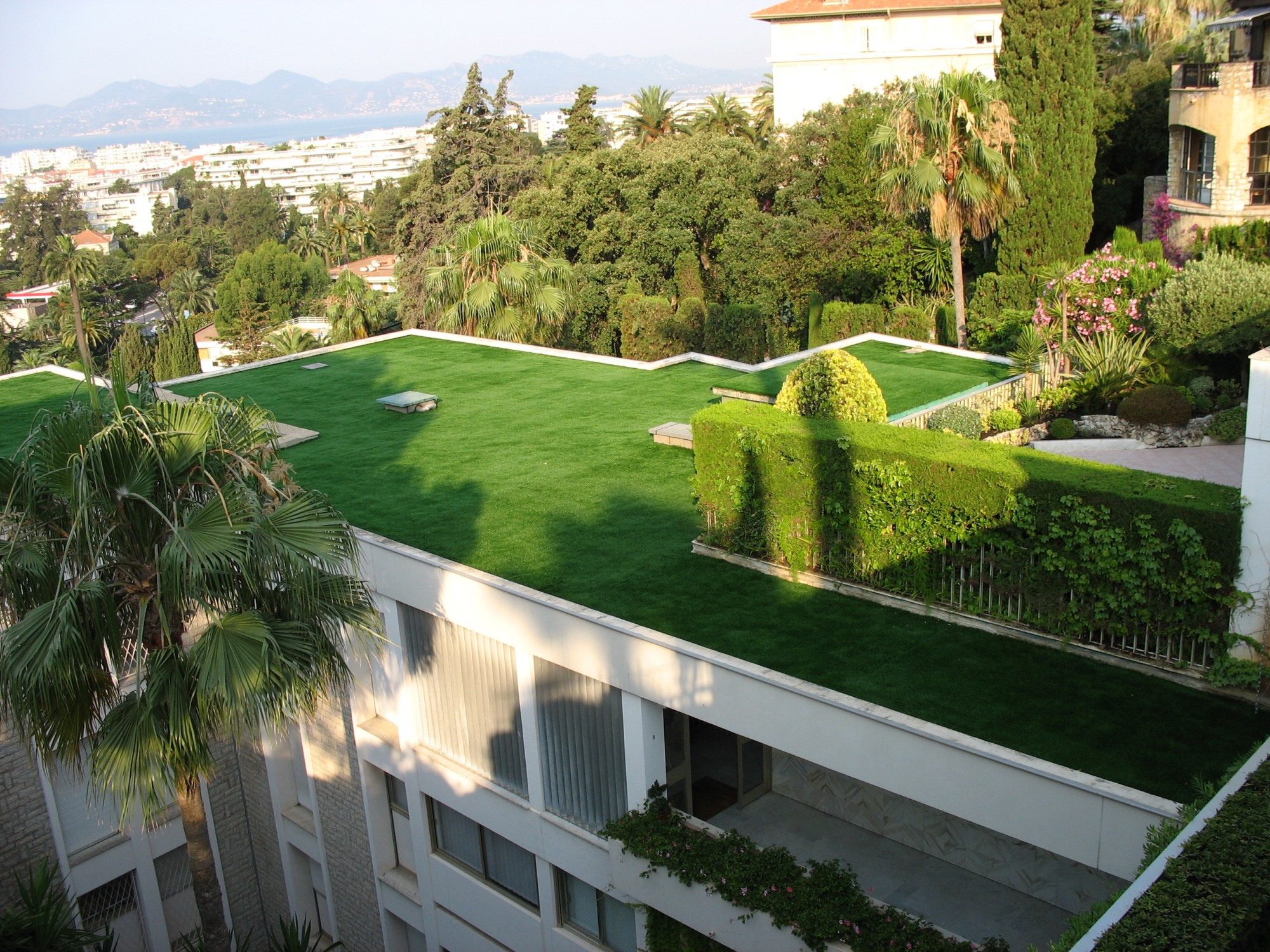 Pose d 39 une pelouse artificielle cannes sur une toiture d - Pose gazon synthetique sur terre ...