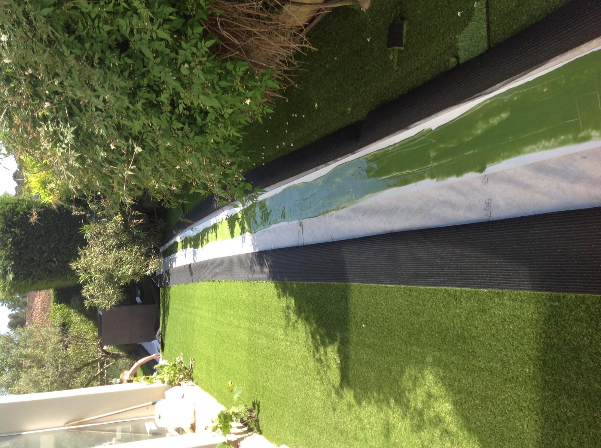 bande de pontage encollée pour la pose d'une pelouse artificielle entre Marseille et Aix en Provence