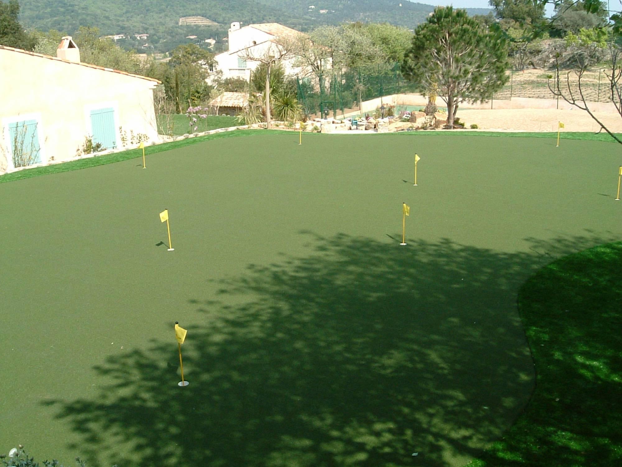 Green de 300 m² réalisé par Univers gazons à Saint Tropez