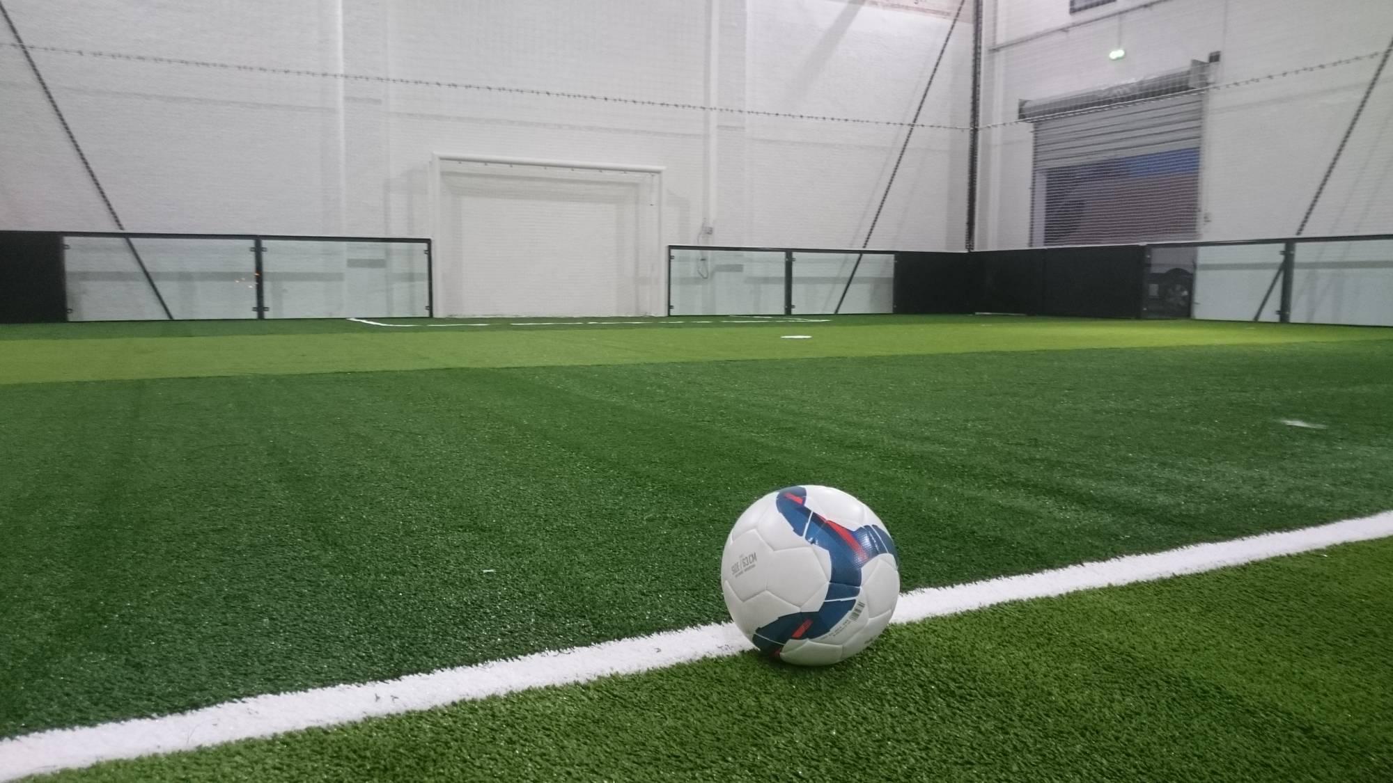 terrain de foot indoor dernière génération avec verre trempé 12 mm