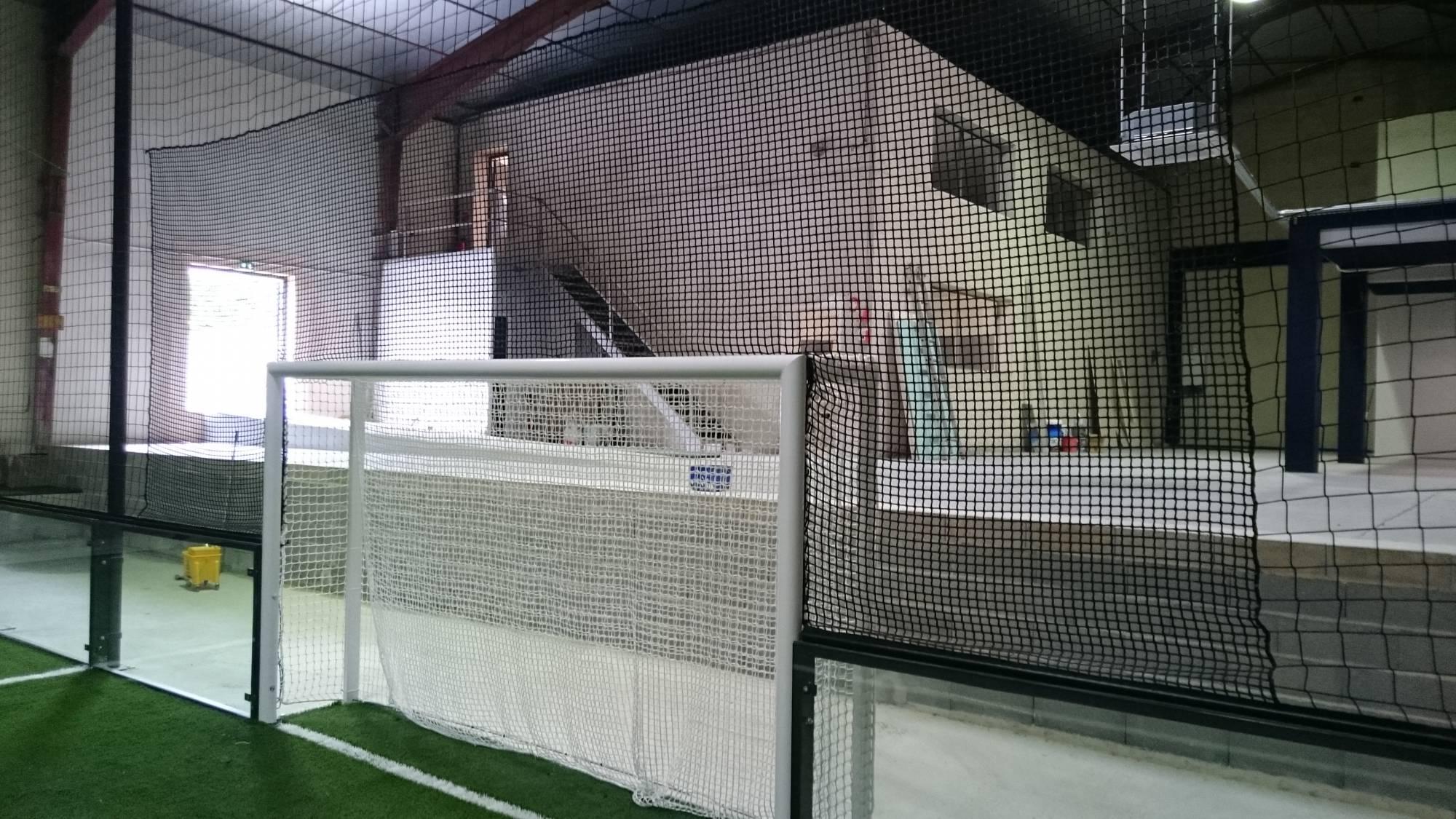 pose de centre de soccer five : infrastructure moderne et pelouse artificielle dernière génération