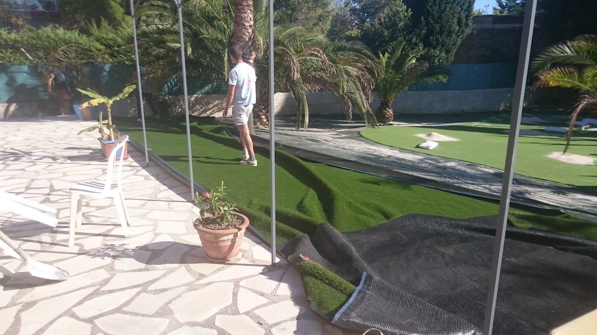 pose d 39 un putting green synth tique nice dans un jardin gazon et pelouse synth tiques. Black Bedroom Furniture Sets. Home Design Ideas