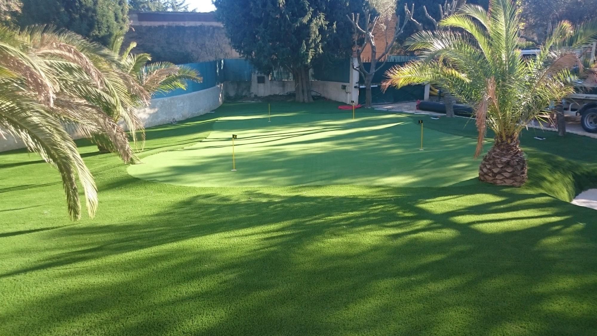 Meilleur gazon synth tique pour jardin ou entourage de piscines la pose gazon synth tique gazon for Ecran de jardin synthetique