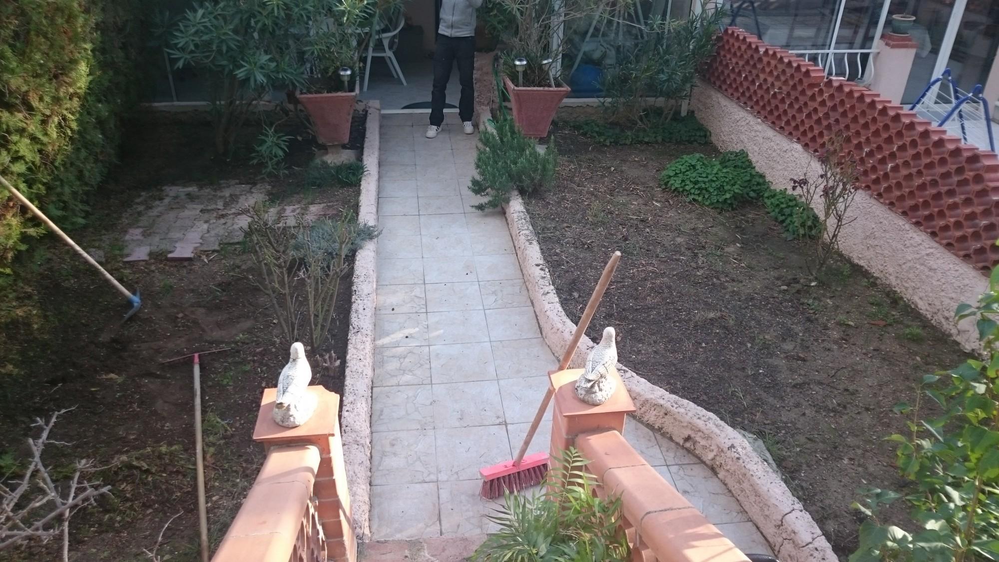 Installation de gazon synthétique à Nice dans un jardin