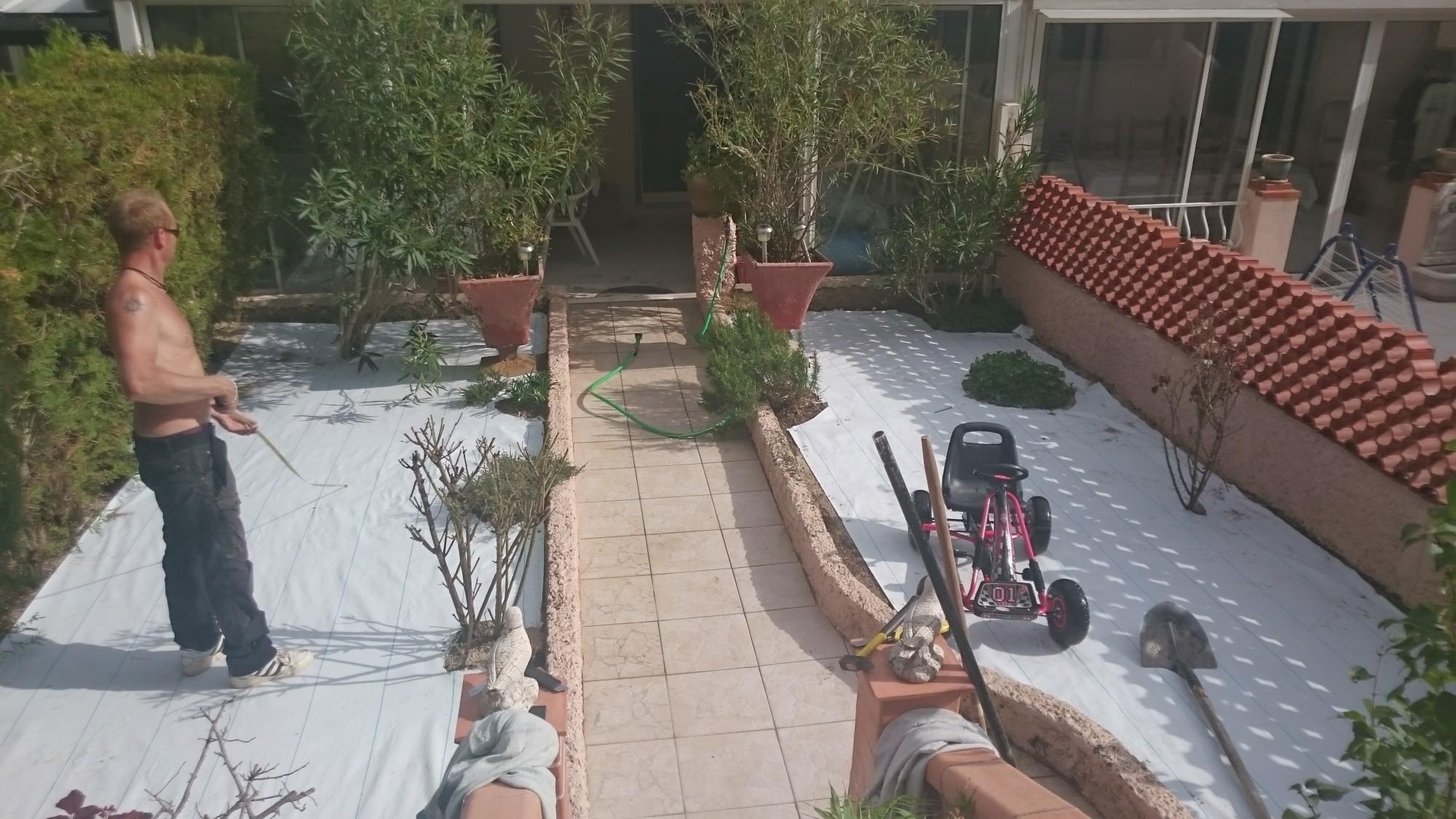 pose de pelouse artificiel doux à Nice dans un jardin