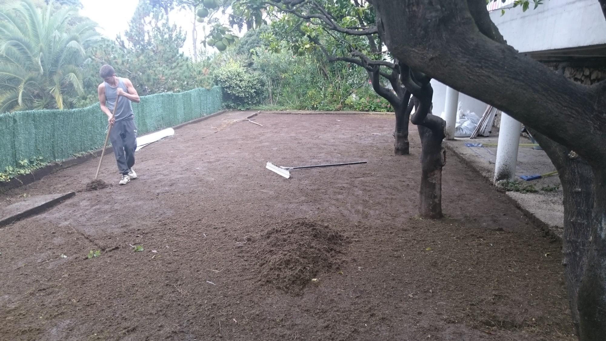 Préparation du sol à Nice avant la pose de la pelouse artificielle