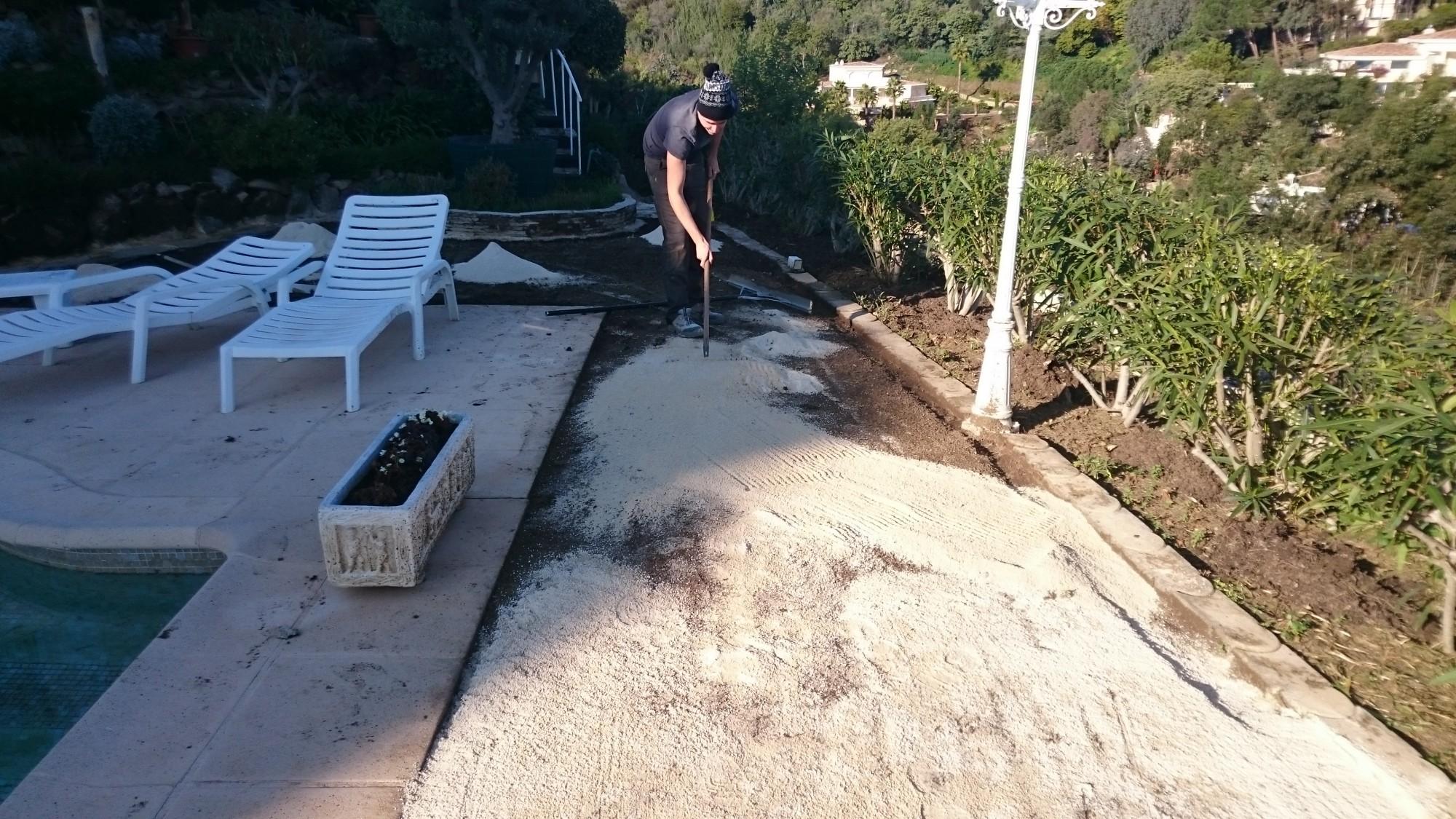 Pose de gazon artificiel à Vallauris autour d'une piscine