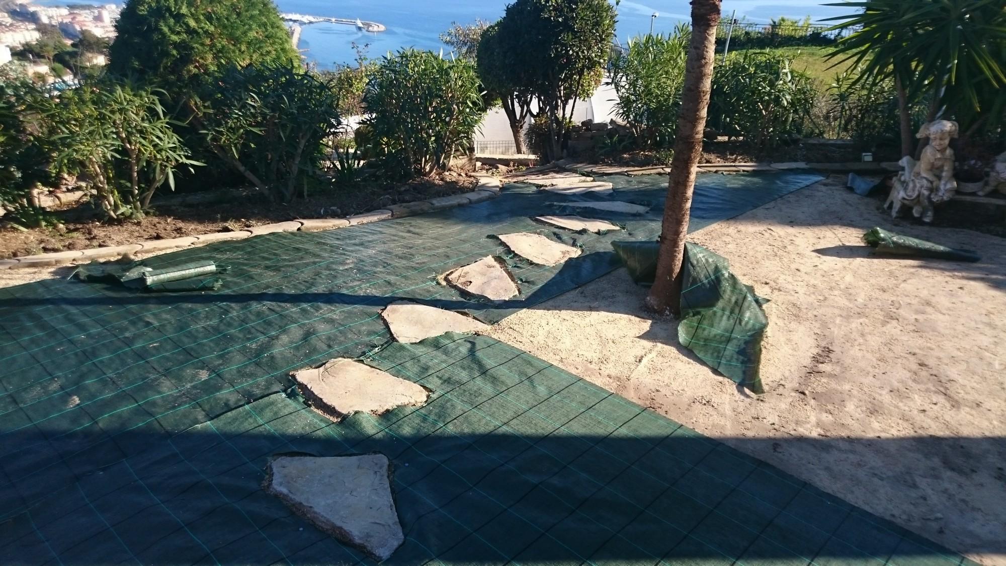 Installation de pelouse synthétique pour jardin à mémoire de forme près de Cannes