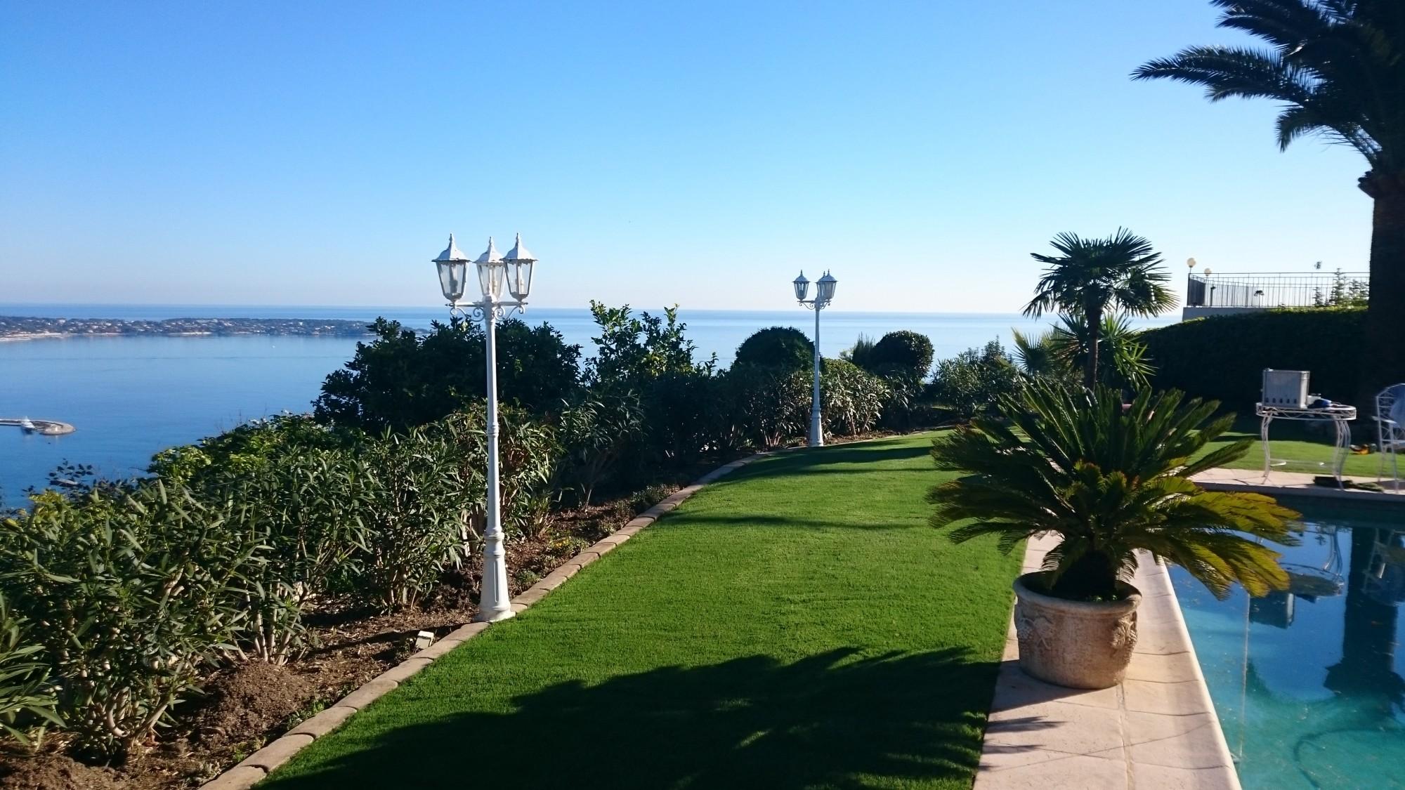 pose de gazon synthétique à mémoire de forme pour jardin et entourage de piscine à Cannes