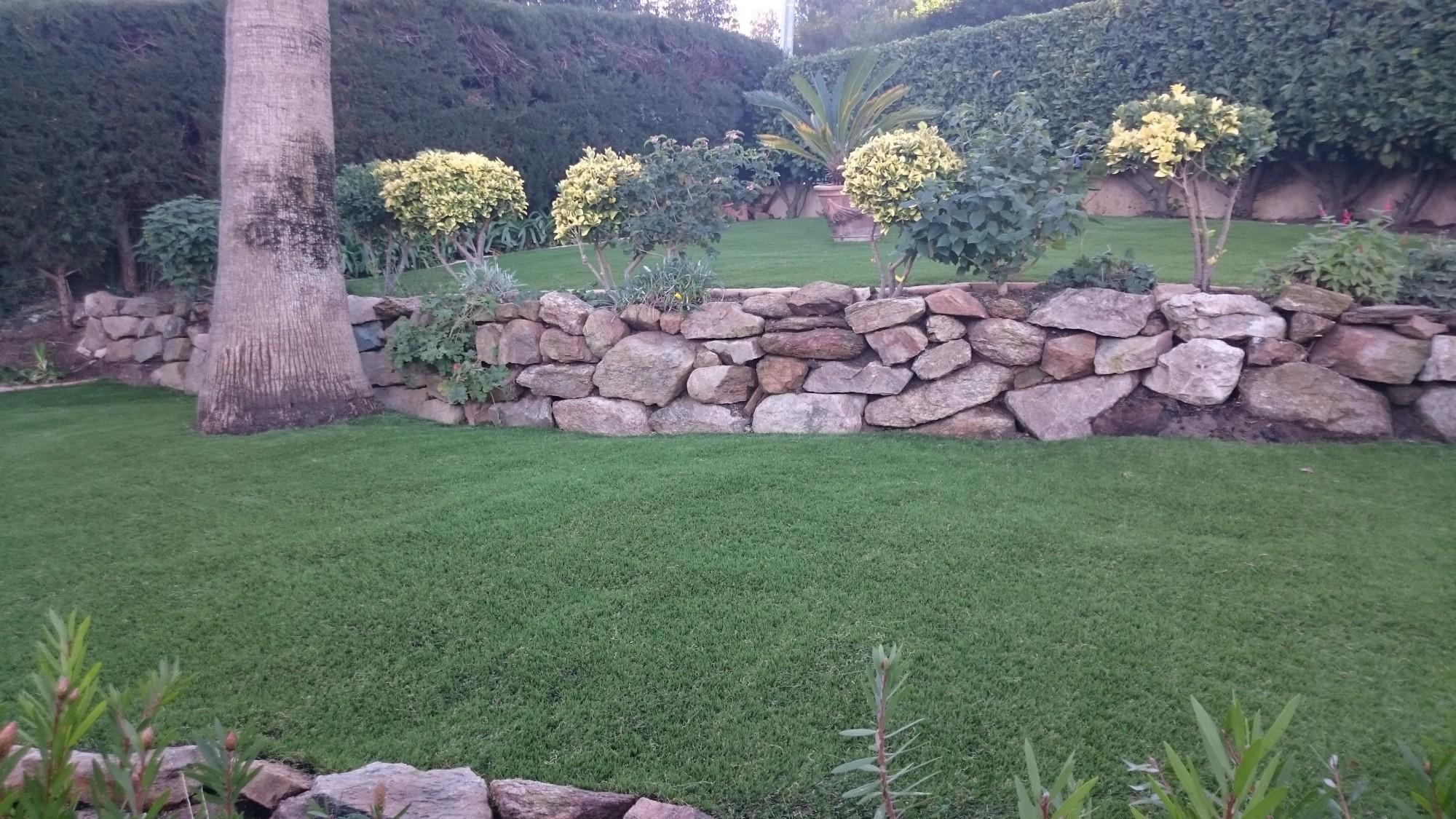 installation de pelouse artificielle autour de piscine