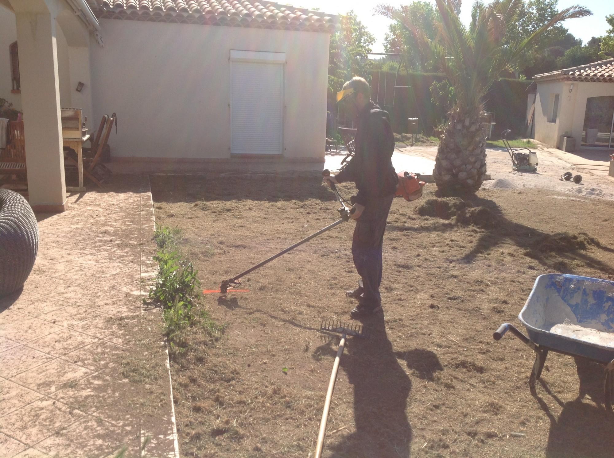 Préparation de sol pour gazon artificiel à Marseille
