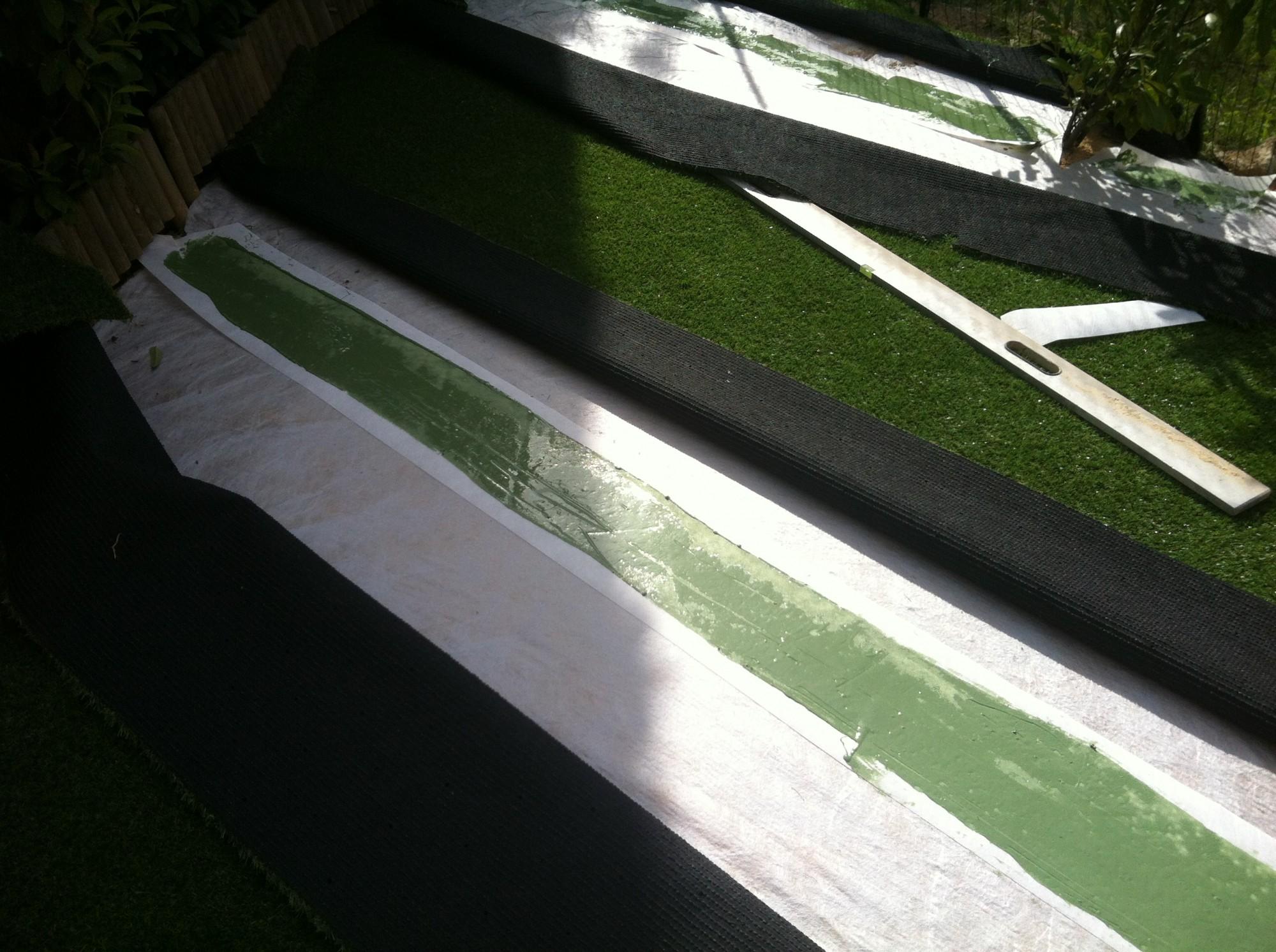 Encollage des lés de pelouses artificielles à cannes pour un jardin