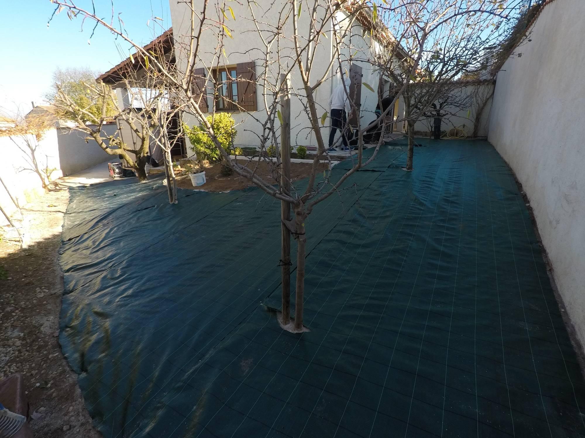 mise en place de geotextile pour gazon synthétique