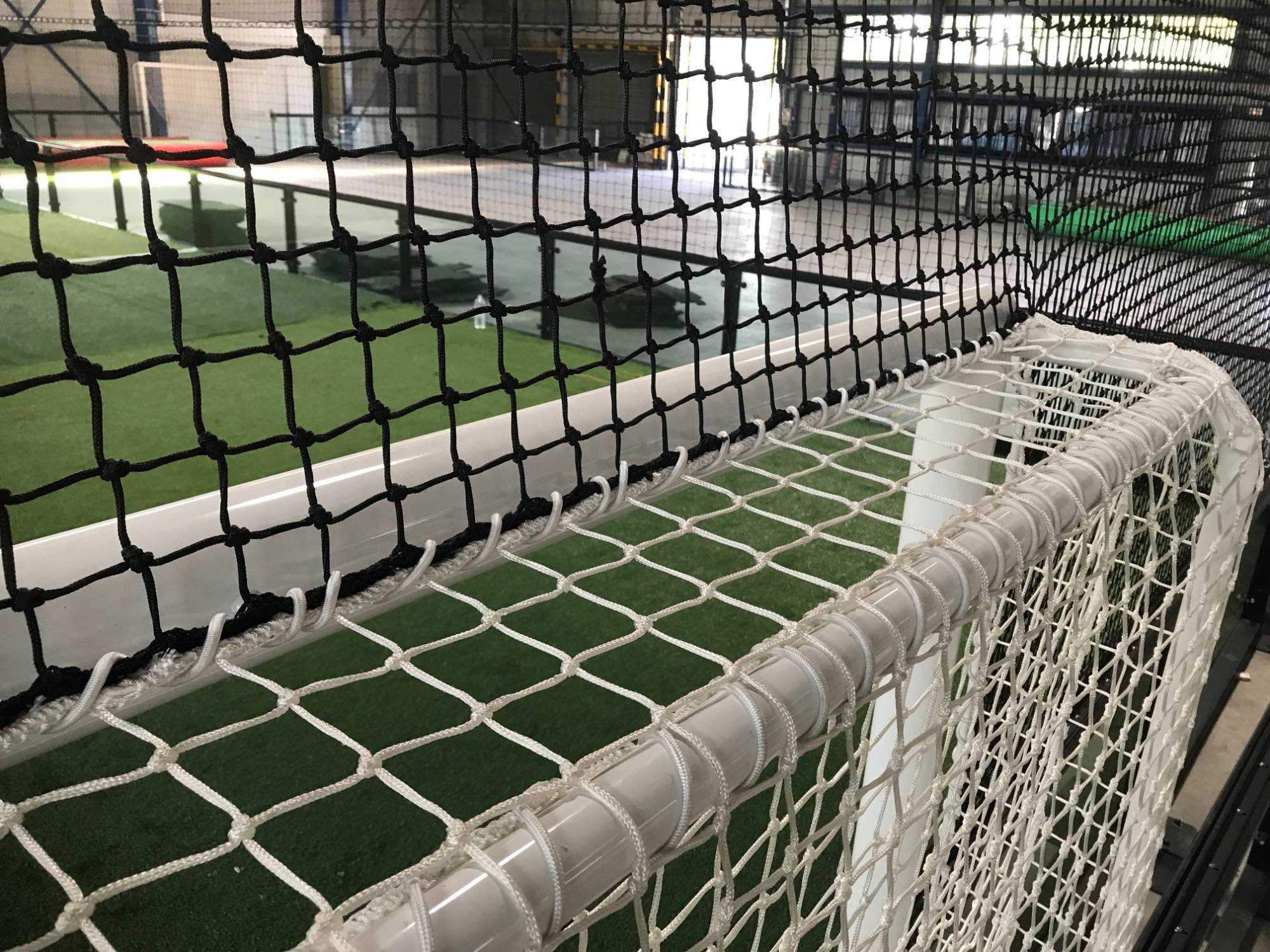 pose de filet pour football pour terrain de foot indoor