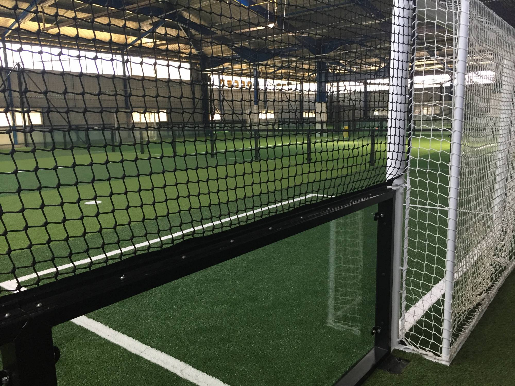 pose d'infrastructure pour foot indoor en panneau de verre trempé 12 mm