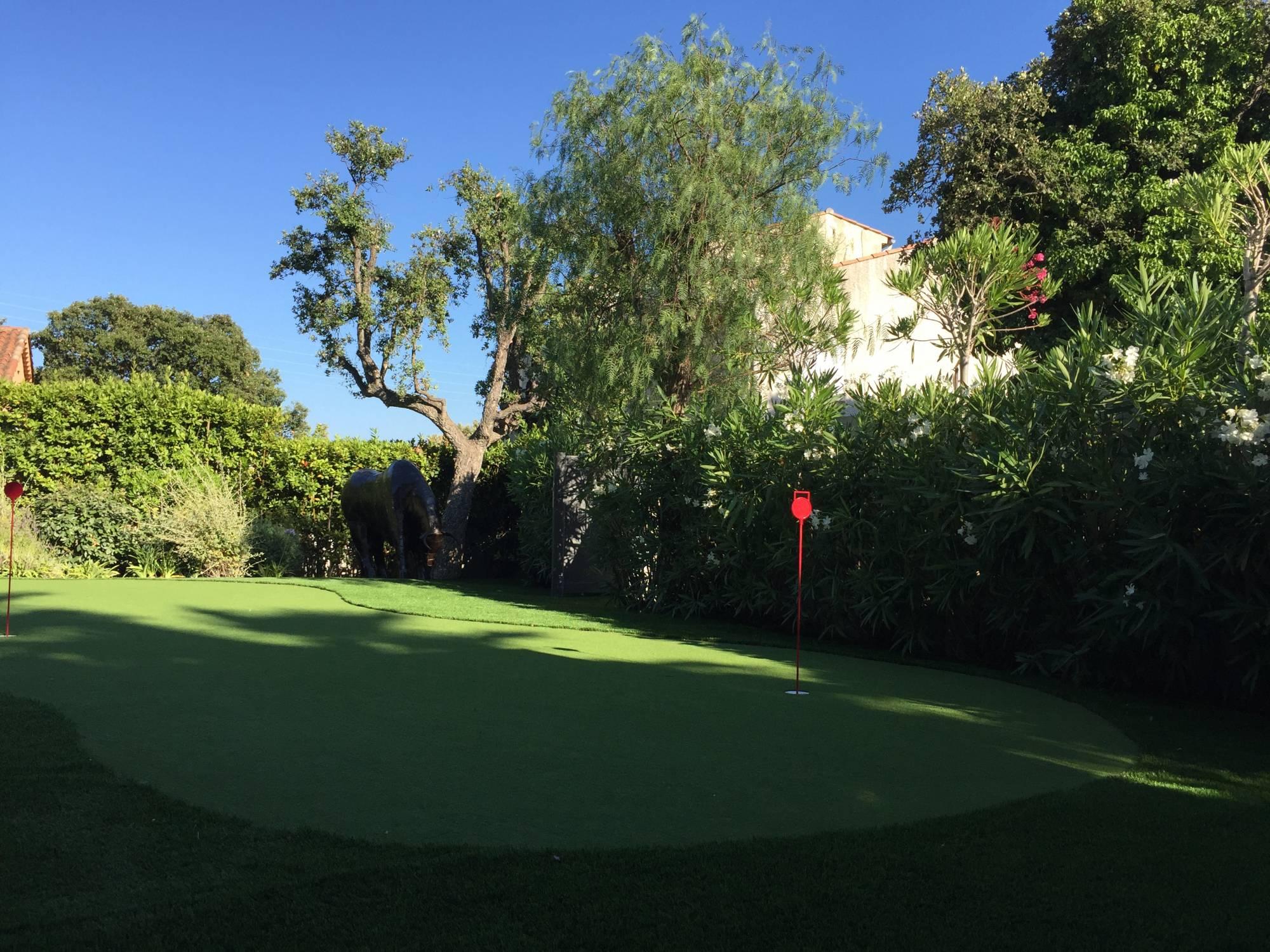 installation d'un green de golf synthétique à Sainte Maxime dans le Var, 83