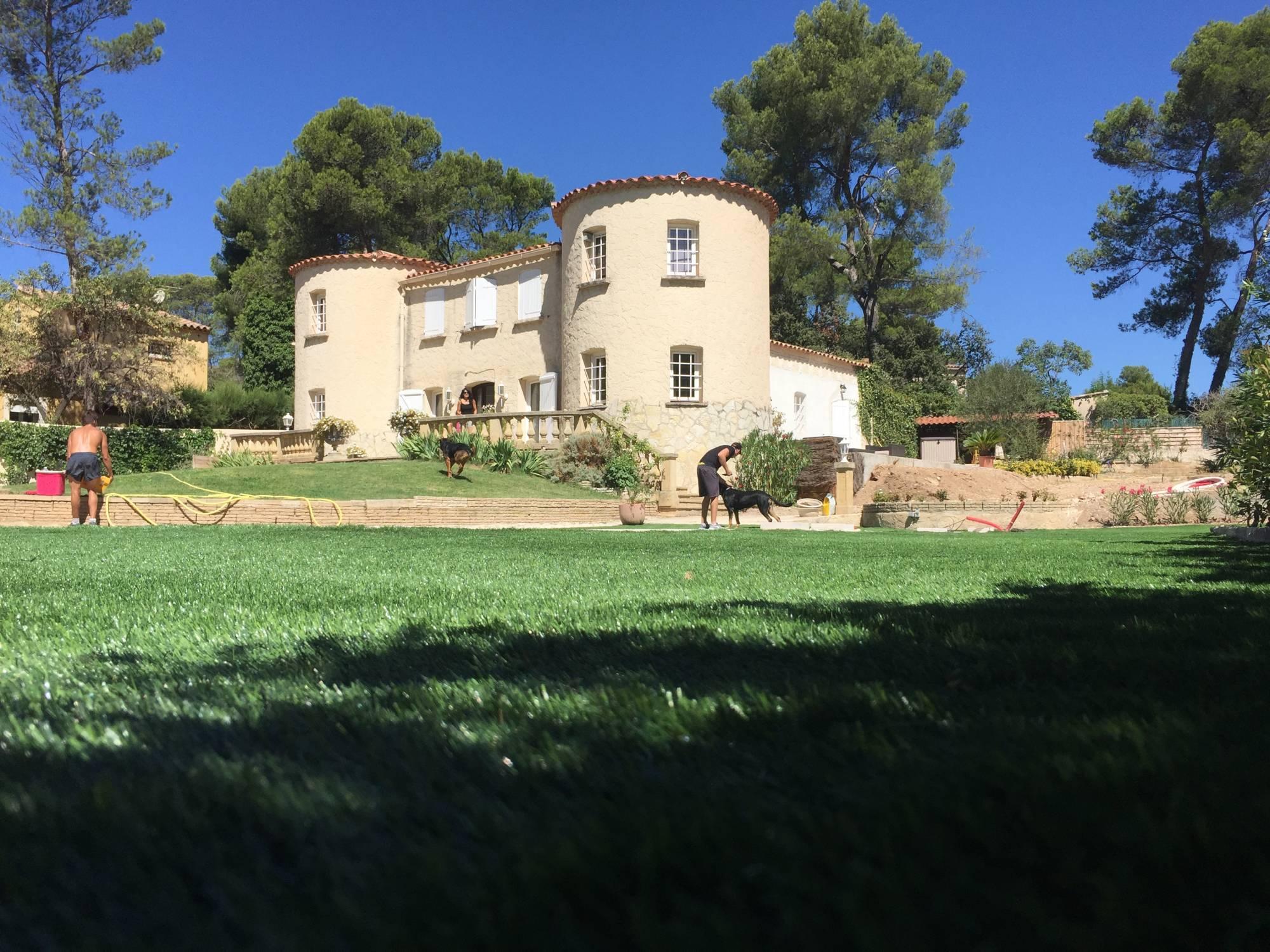 gazon synthétique pour tour de piscine à Aix en Provence