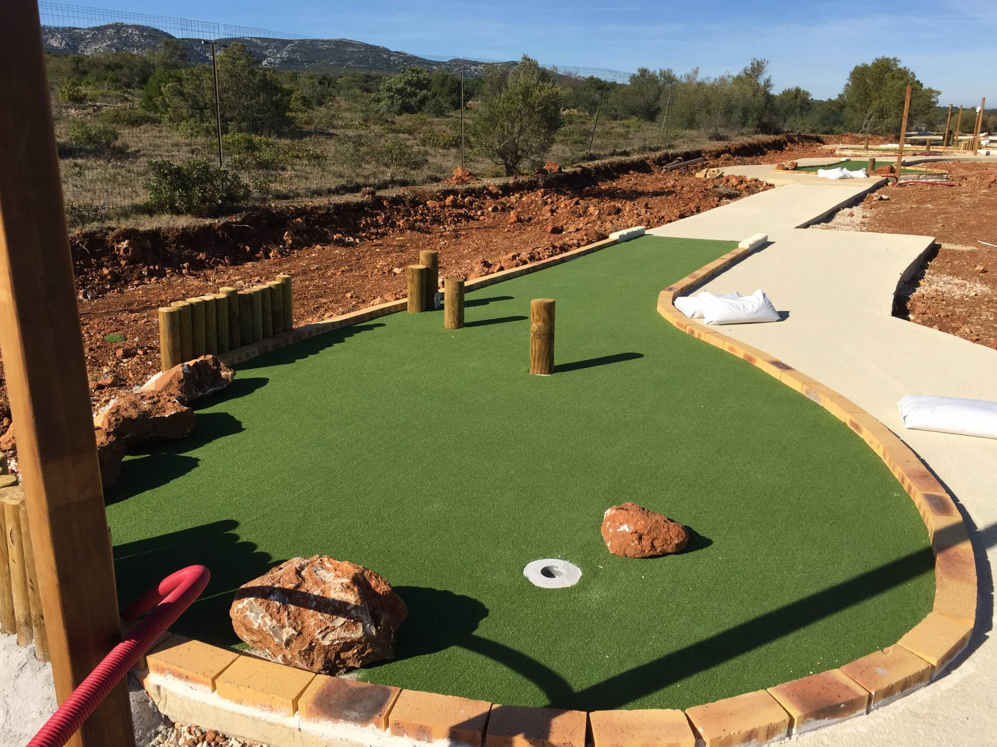 Gazon artificiel pour couvrir des pistes de mini-golf