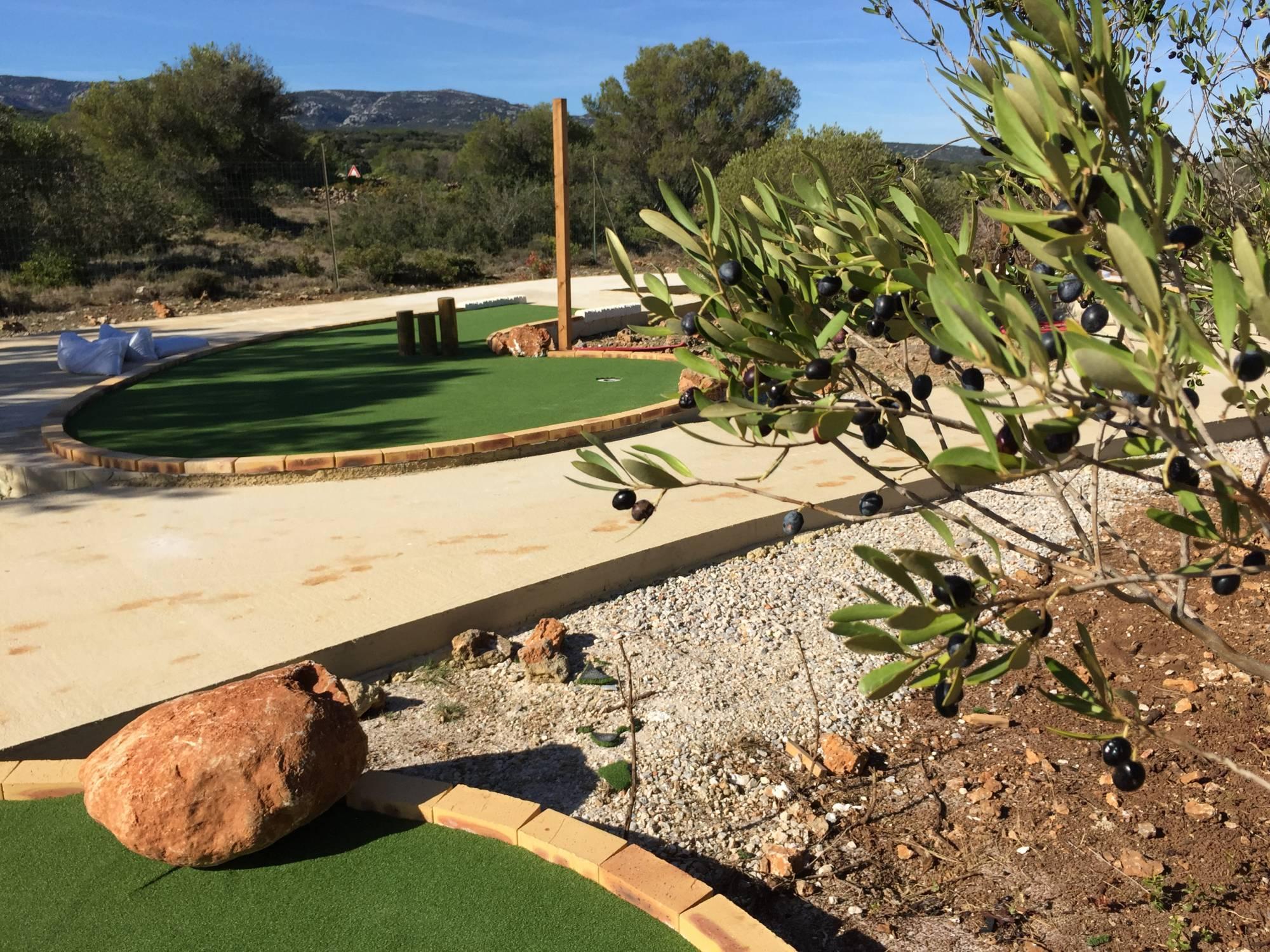 gazon synthétique pour couvrir des pistes de mini-golf
