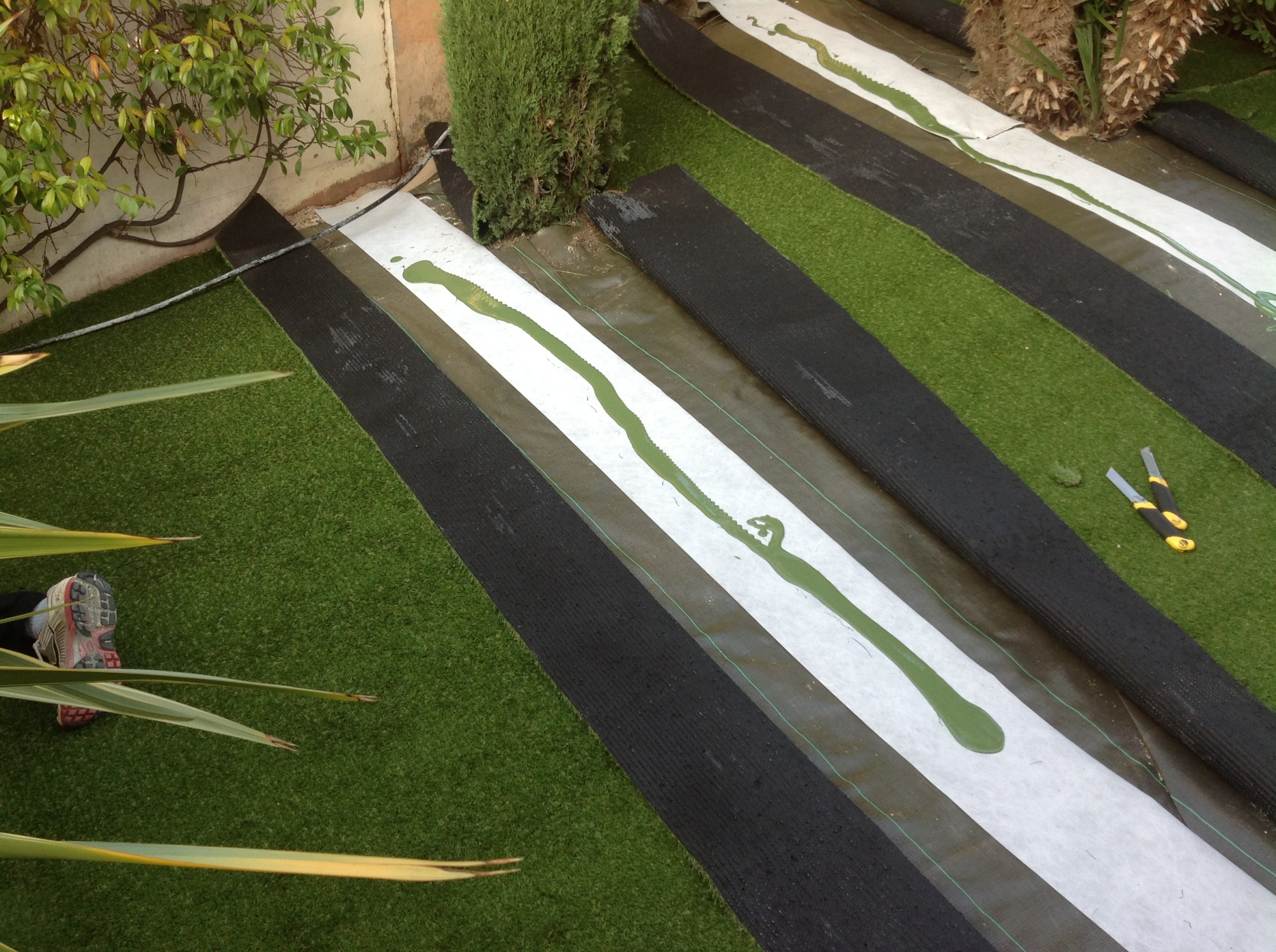 installation d 39 un gazon synth tique pas cher nice gazon et pelouse synth tiques marseille. Black Bedroom Furniture Sets. Home Design Ideas