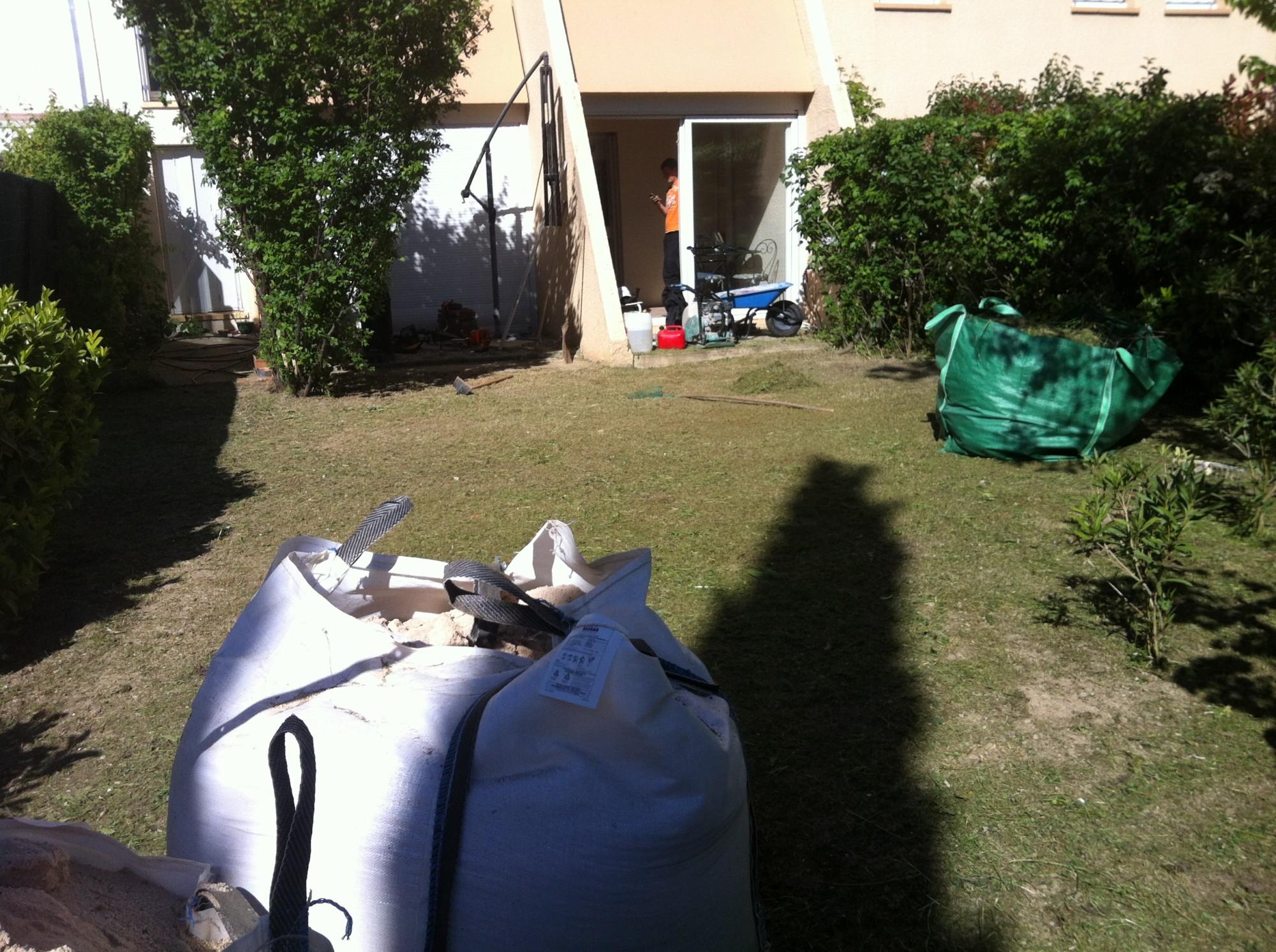 Préparation du sol pour poser de la pelouse artificielle