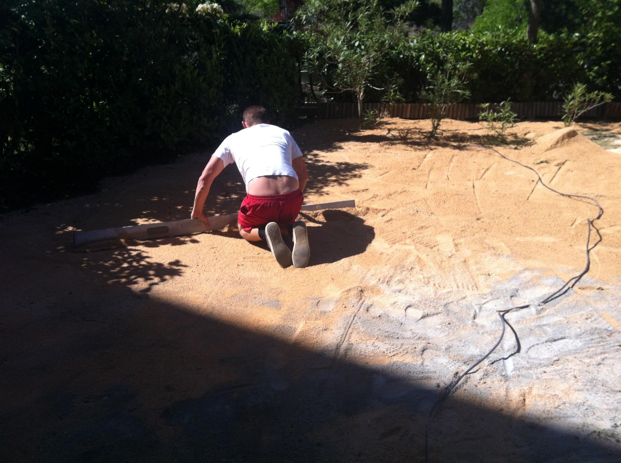 Réglage de la surface avant la pose d'une pelouse artificielle à Aix en Provence