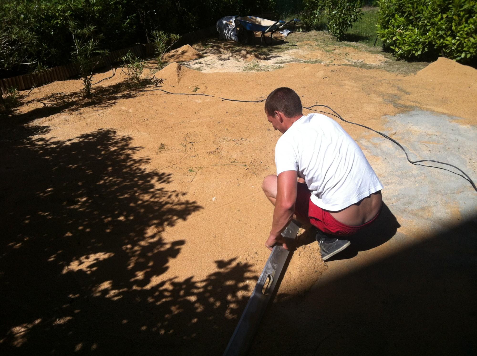 Préparation du sol avant la pose d'une pelouse artificielle à Aix en Provence