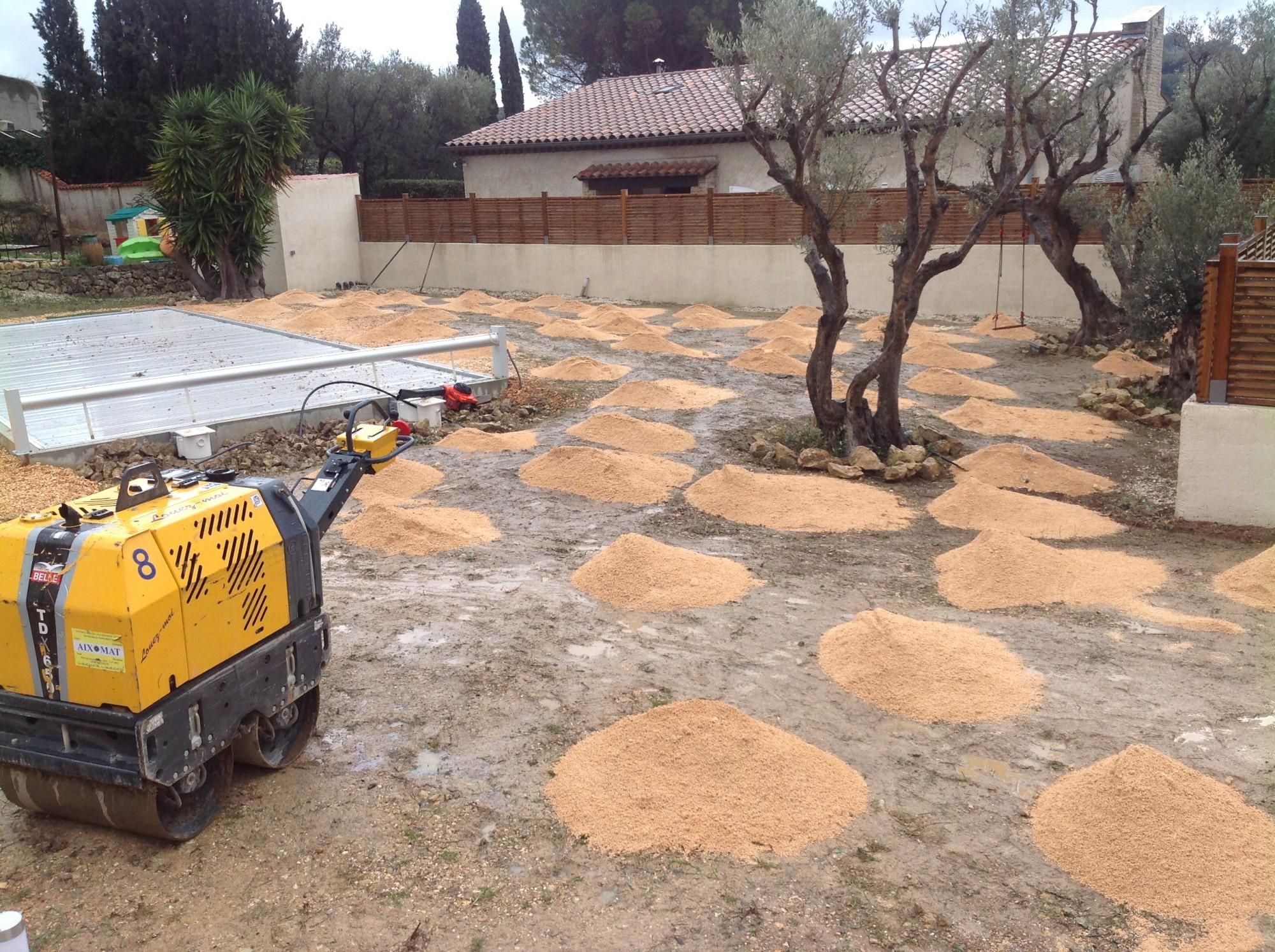 Mise en place du sable stabilisé avant la pose de la pelouse artificielle