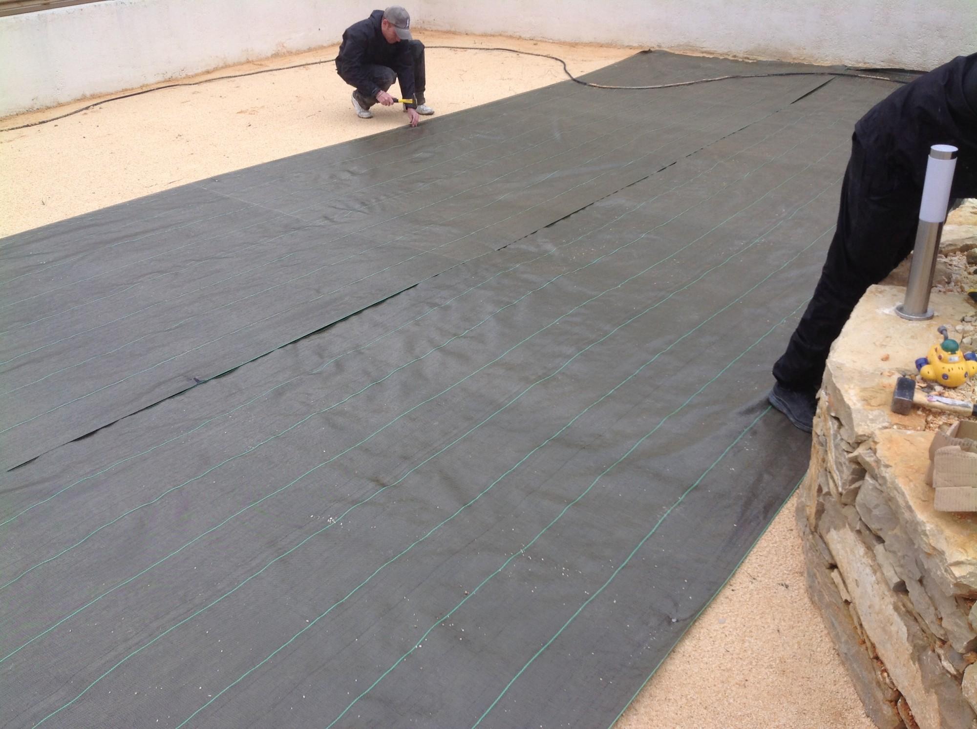 La mise en place de la toile de paillage à sanary sur mer près de Toulon